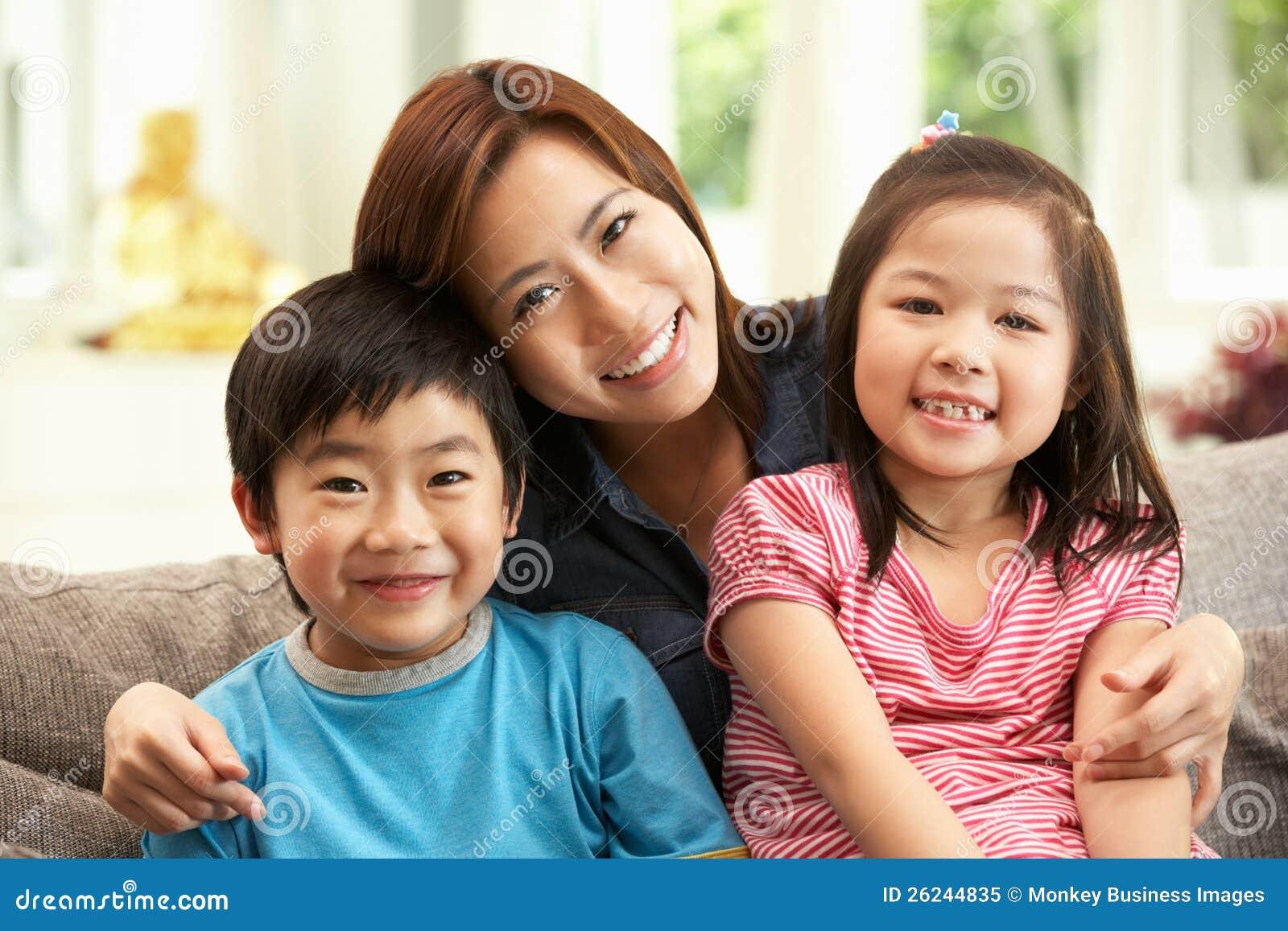 中国母亲和子项坐沙发