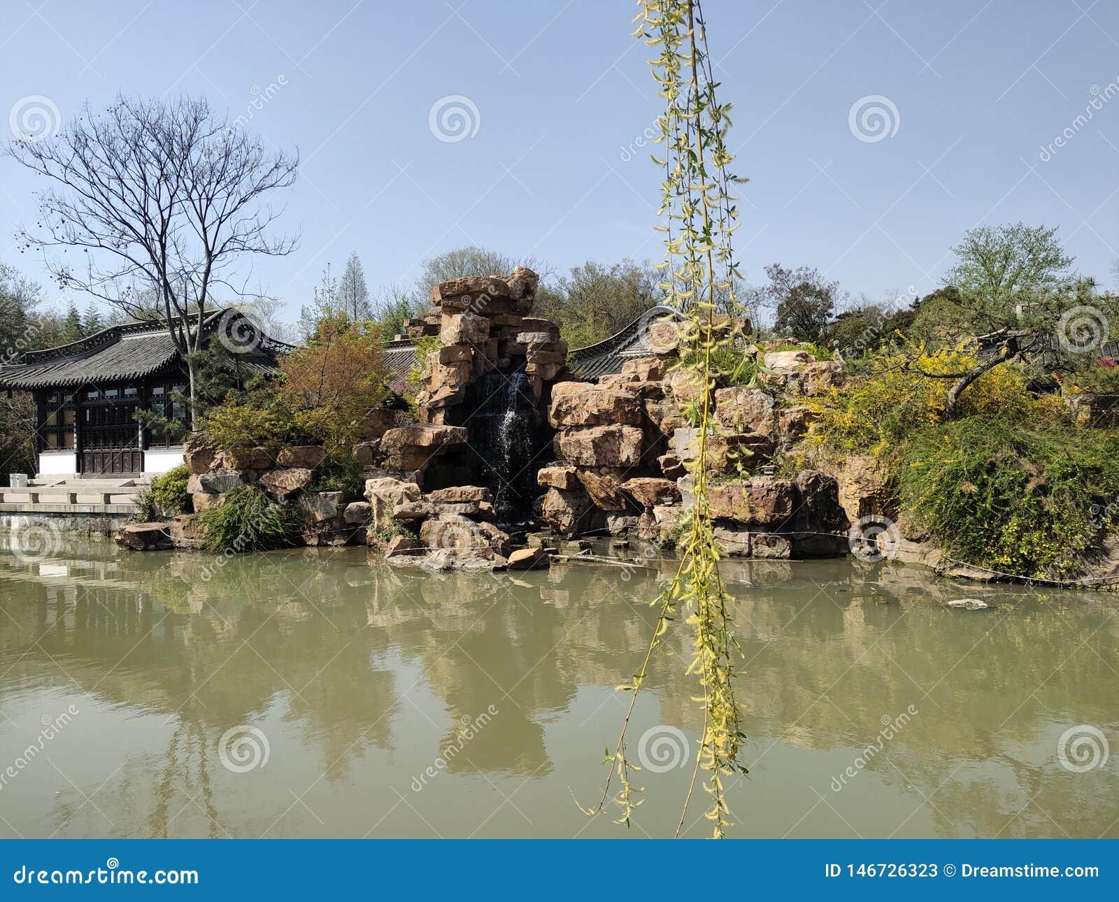 中国的广西北海旅游业春天美景,假山庭园,绿色水,树,亭子