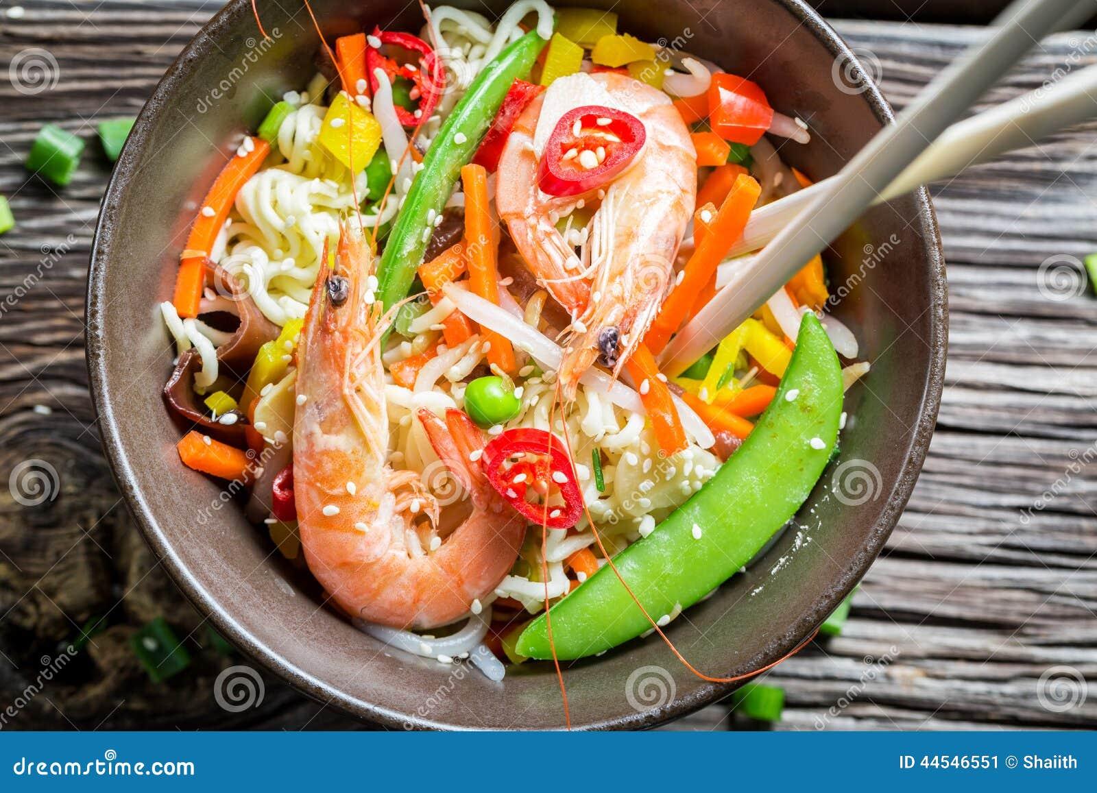 中国面条,菜和大虾图片