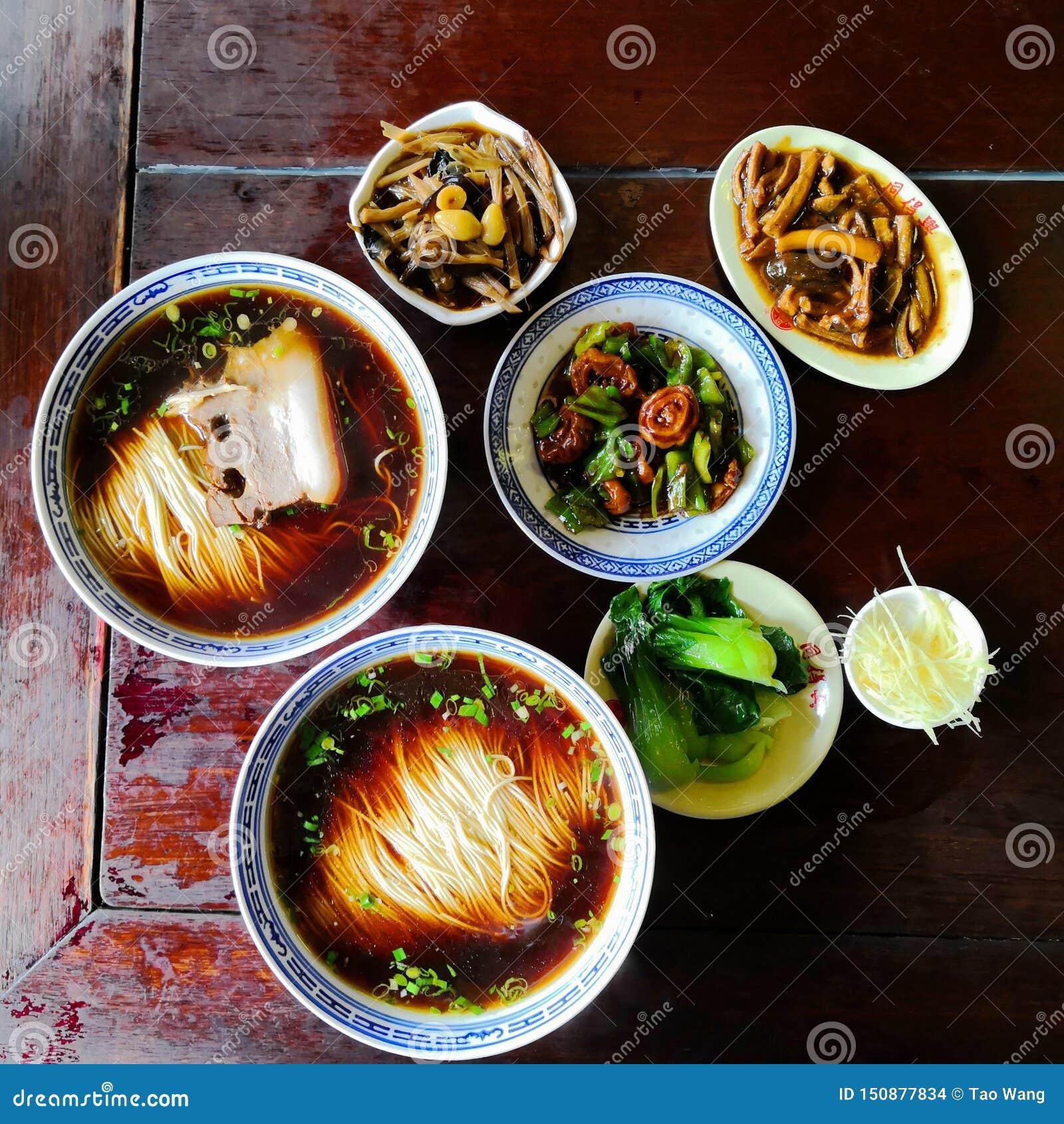 中国风格面条用肉和菜顶部