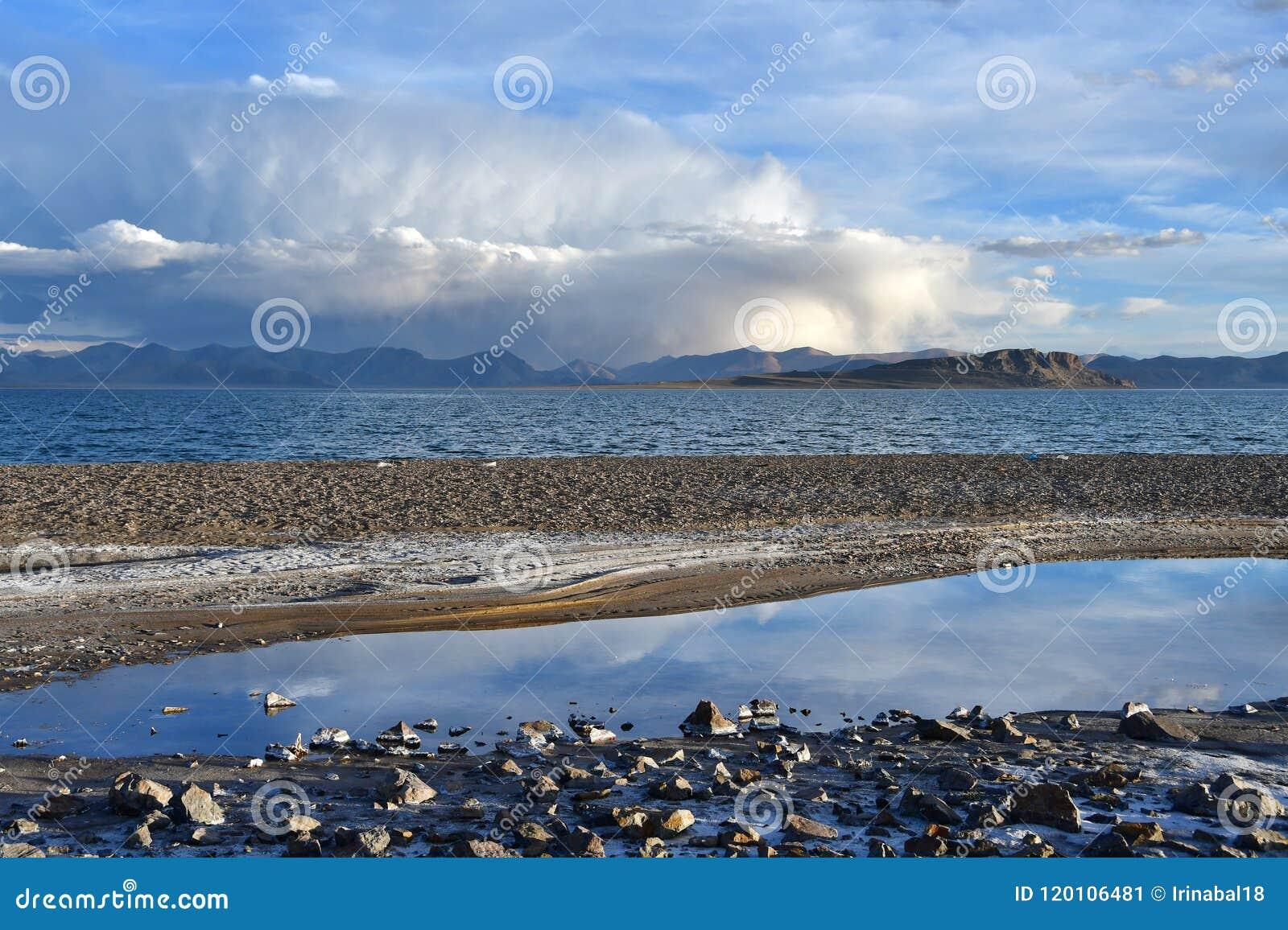 中国 西藏的大湖 湖泰瑞塔西纳木错在夏天晚上在多云天空下