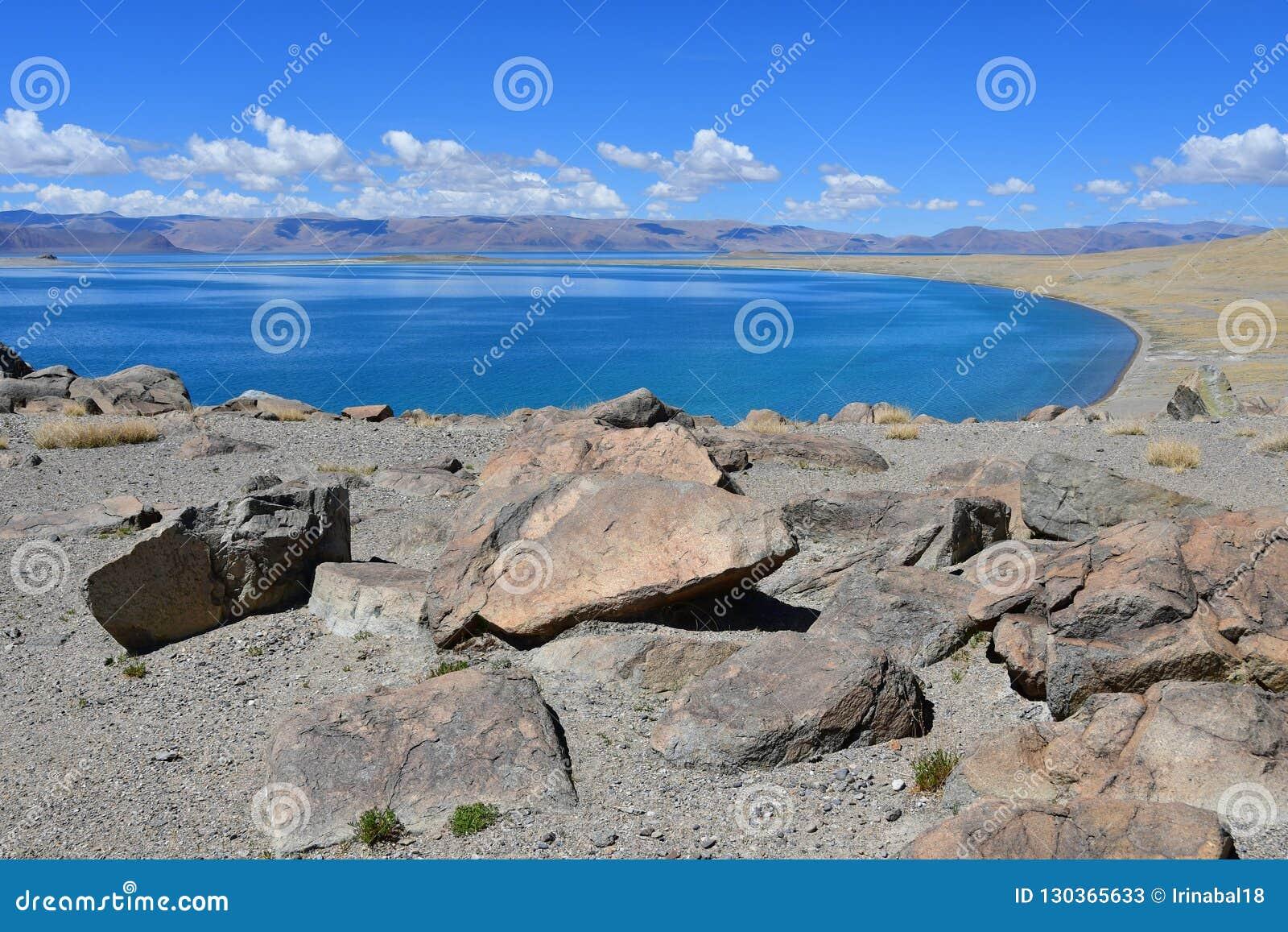 中国 西藏的大湖 湖Teri塔石纳木错在晴朗的夏日