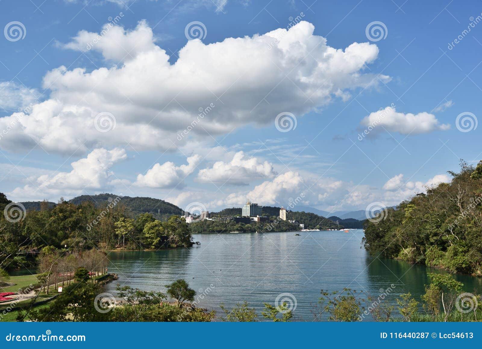 中央令人愉快的湖月亮山正确地安置放松其它星期日台湾