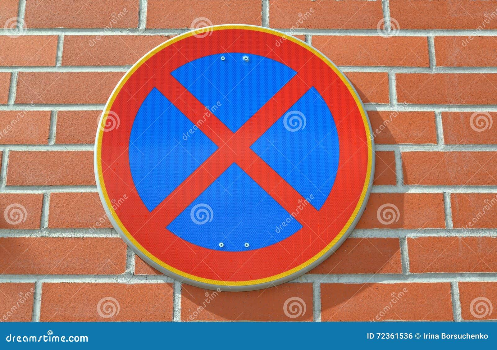 中止禁止的路标是固定的在红砖墙壁上
