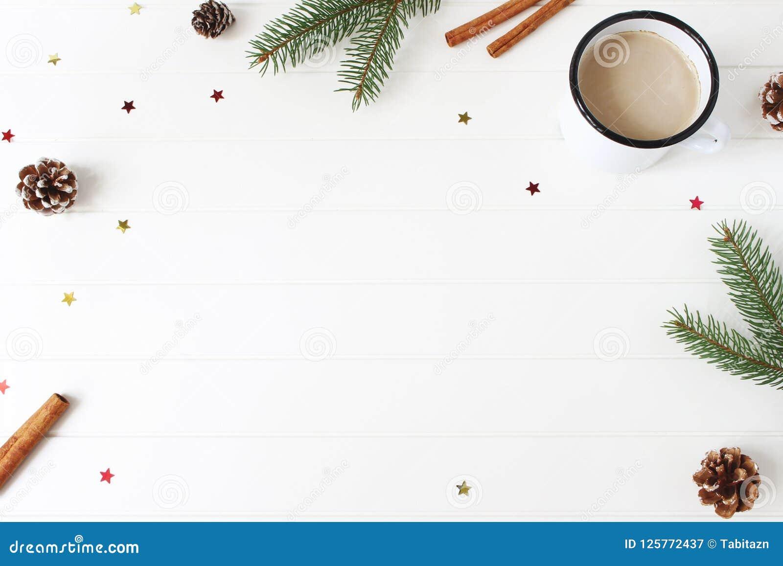中看不中用的物品蓝色圣诞节构成玻璃 框架由冷杉、云杉的分支、杉木锥体、肉桂条和闪烁的五彩纸屑星制成