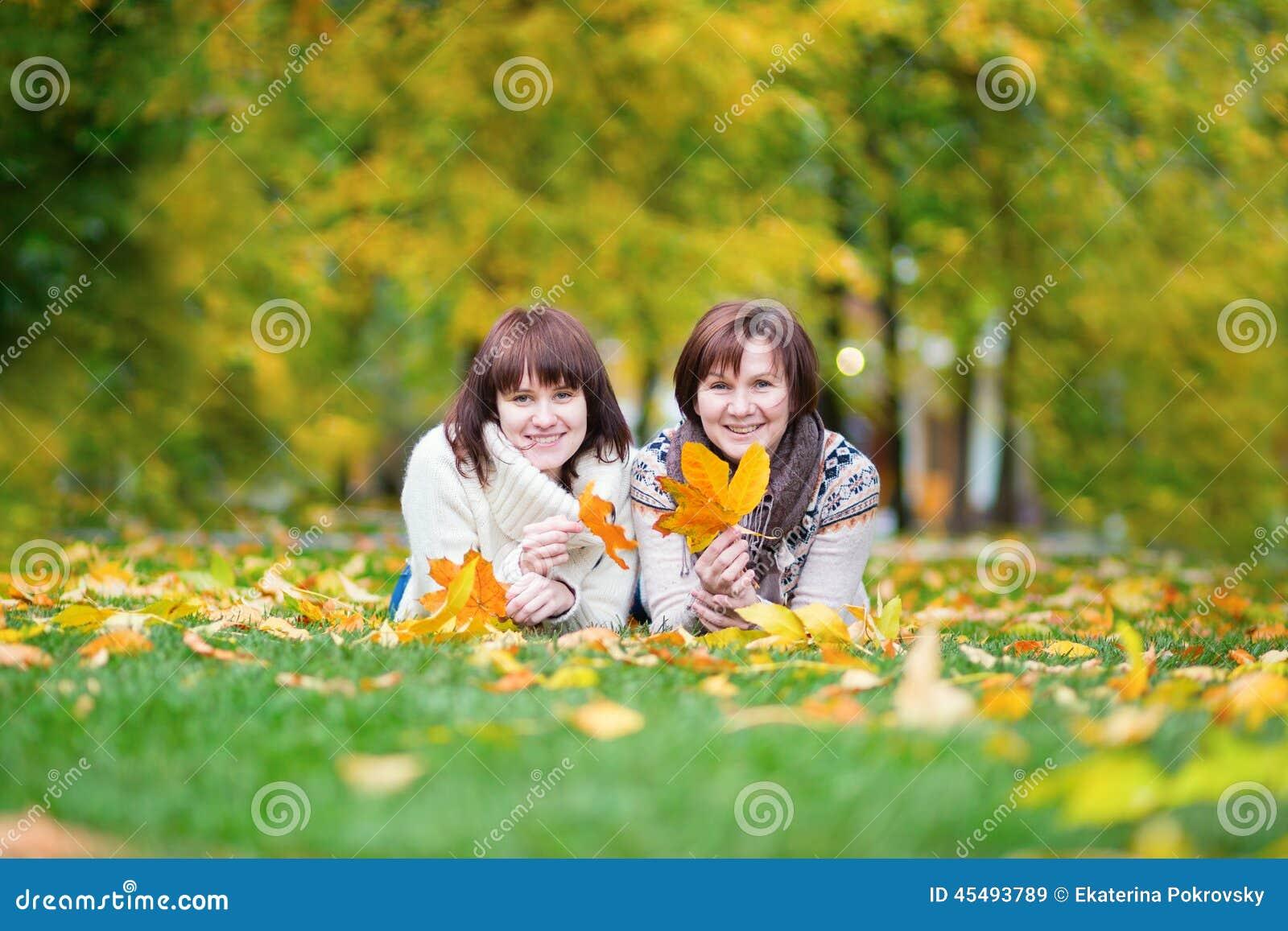 中部在一秋天天变老了有女儿的妇女