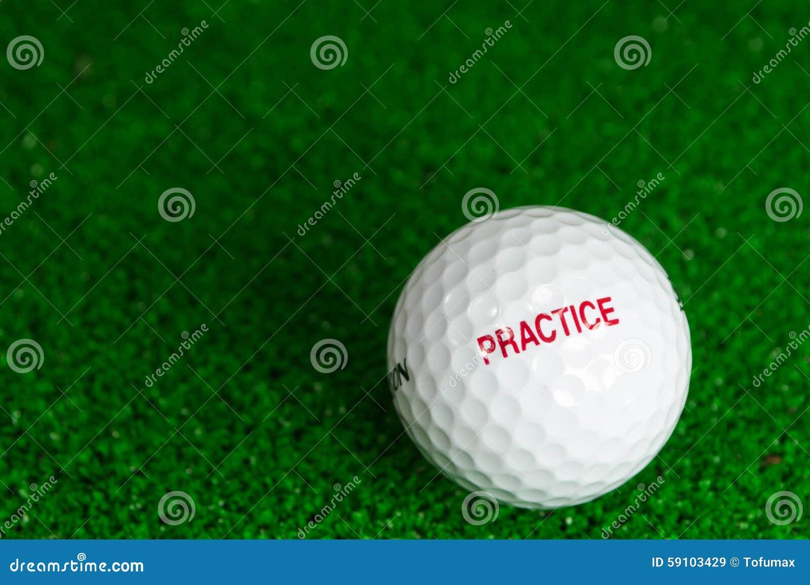击中铁行动的球高尔夫球