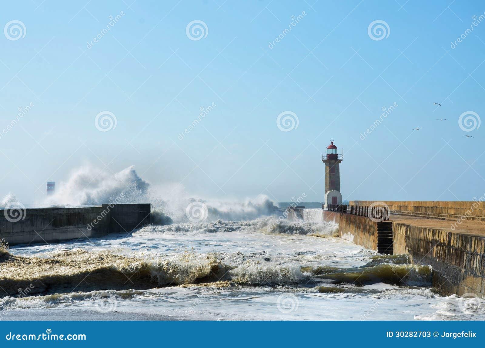 击中海岸的强的波浪