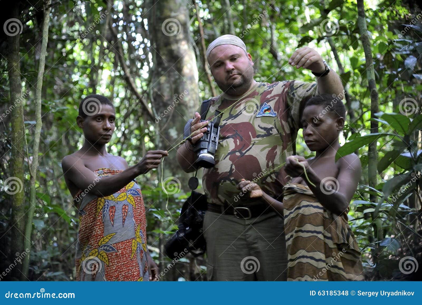 中非共和国食人族_中非共和国- 2008年11月2日:白人游人和妇女从bakf的侏儒部落在森林里