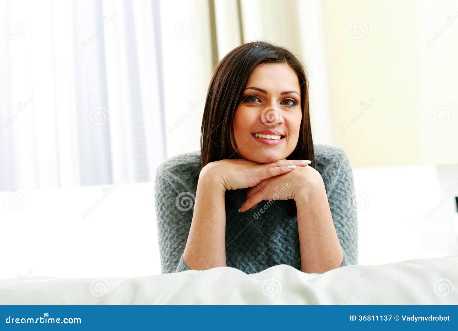 中年妇女肥白抽�_中年微笑的妇女