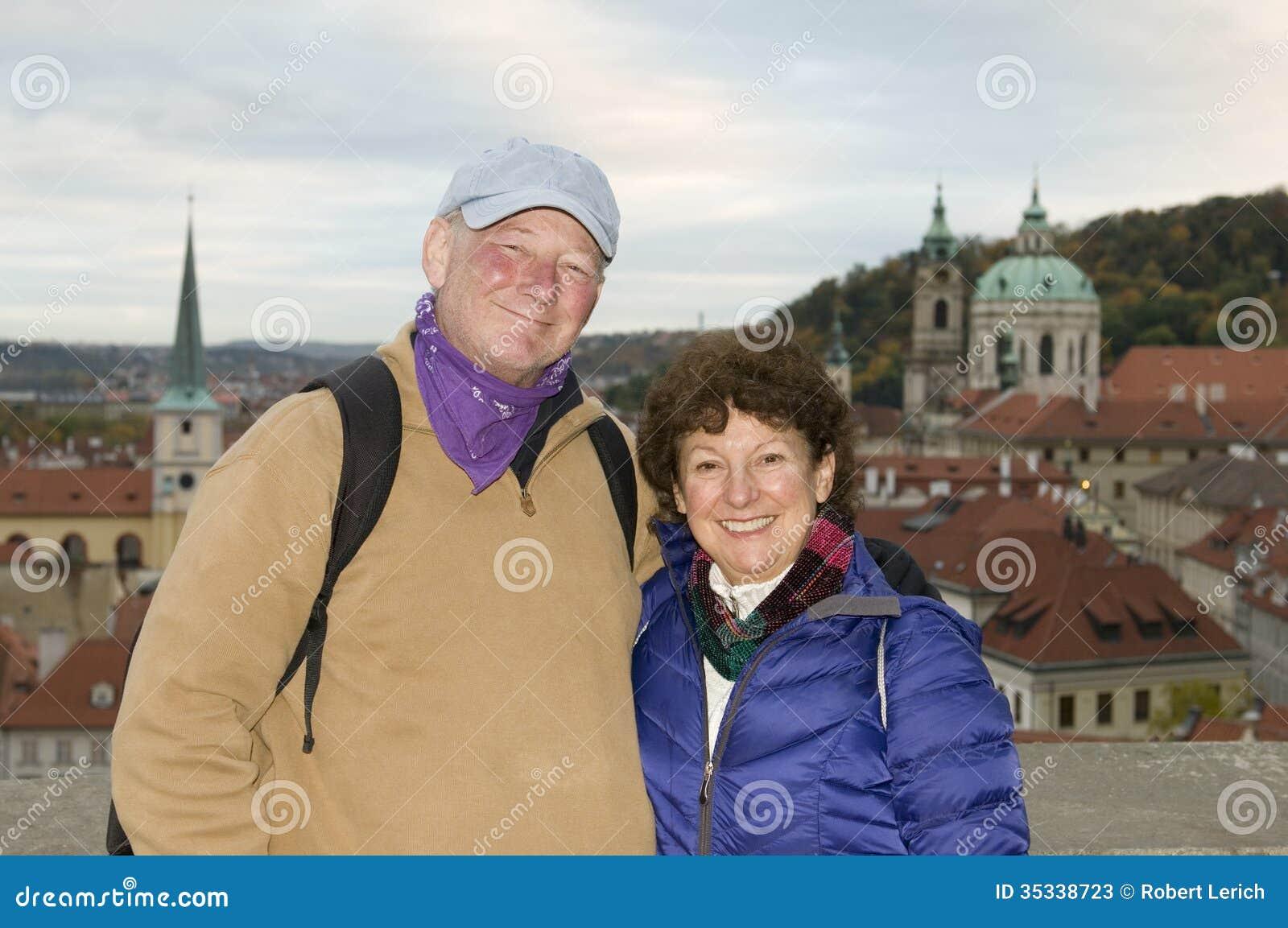 中年资深微笑的人妇女旅游夫妇防御Distri
