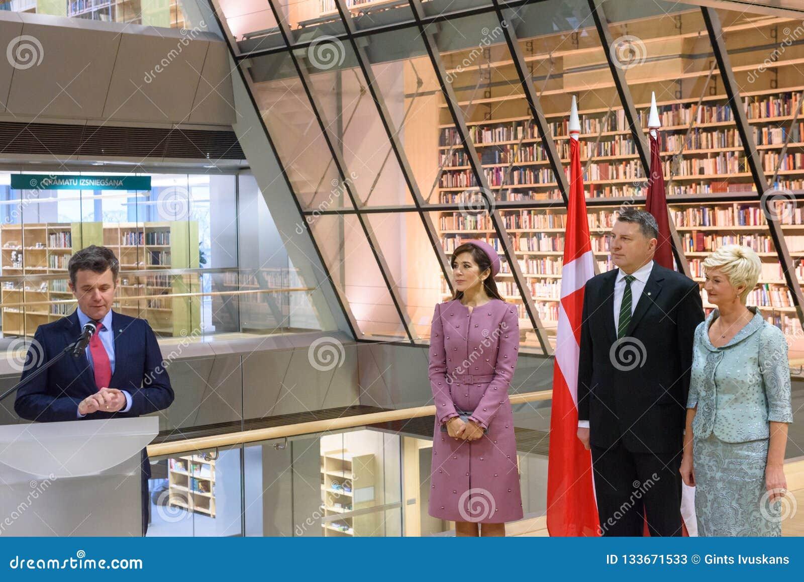 丹麦弗雷德里克讲话的皇太子,在拉脱维亚的国立图书馆的事件期间