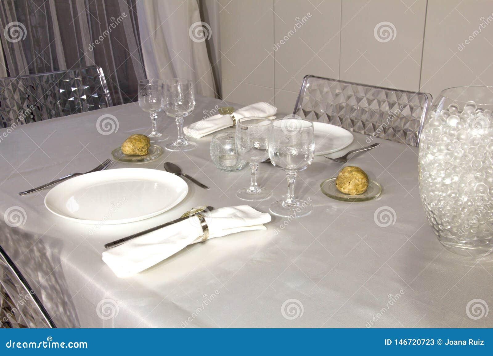 为一顿浪漫晚餐准备的典雅的桌