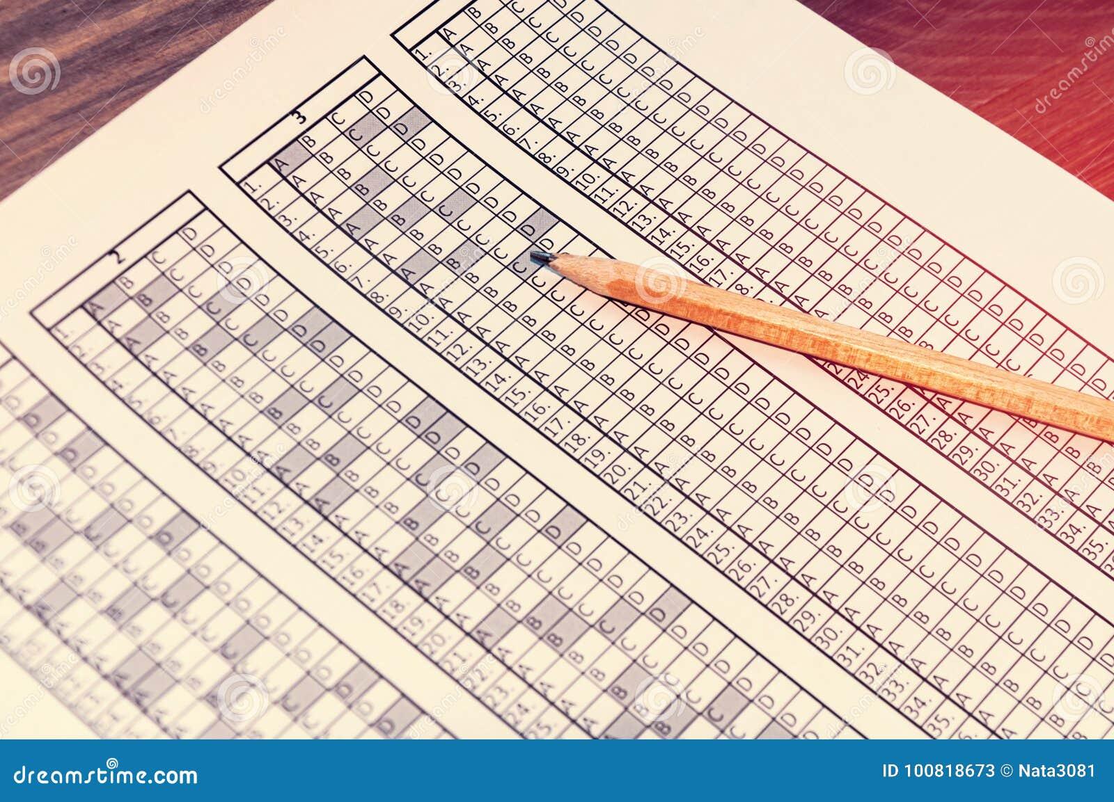 为与说谎对此的铅笔的检查形成 测试 选择聚焦 定调子