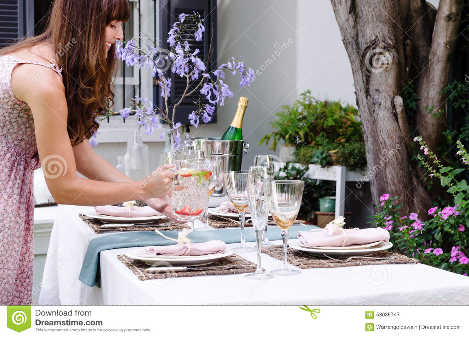 为在一个室外游园会的桌浇灌