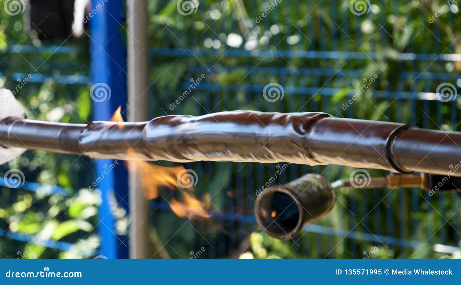 为热缆绳隔离的保护的抽缩管材关闭  框架 由热架线保护和隔离