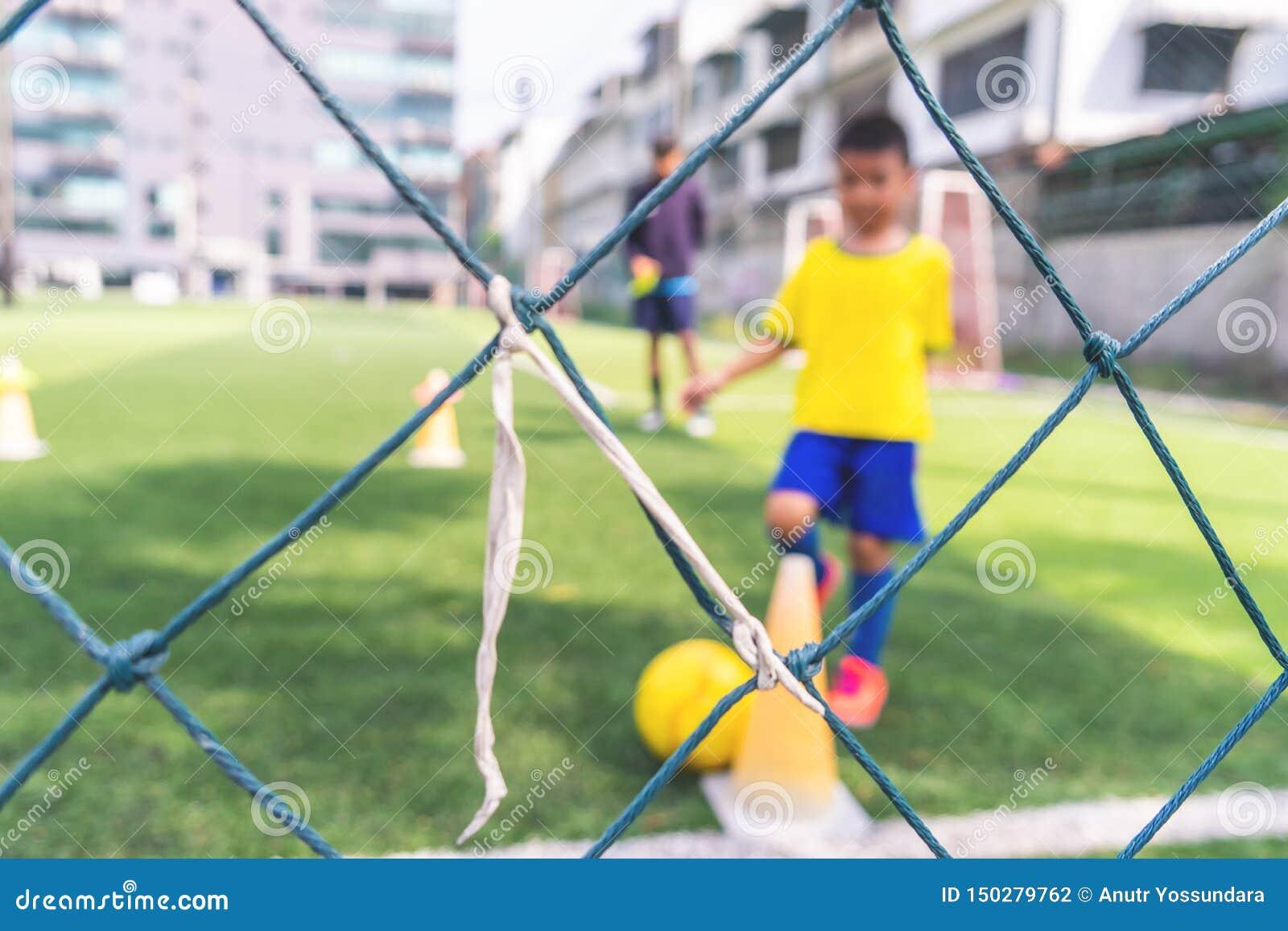 为背景弄脏的儿童训练的足球学院