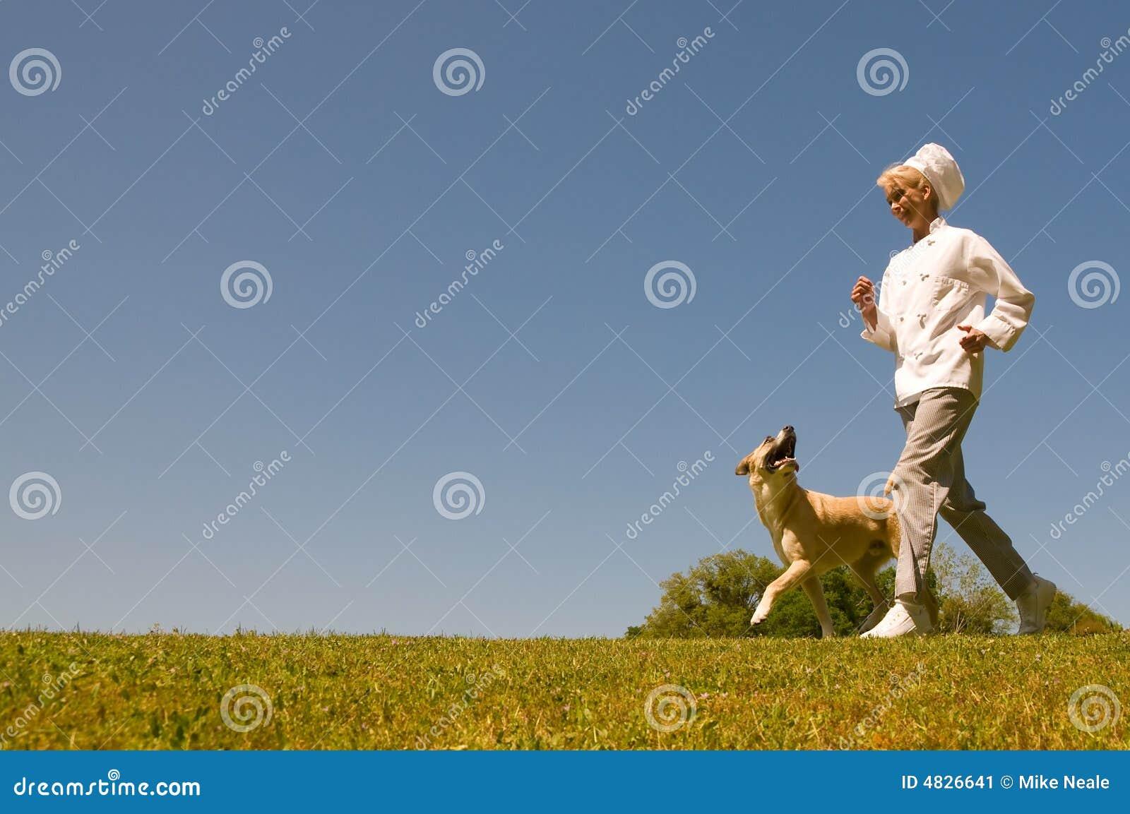 活动有吸引力的获取主厨狗女性象草健康她的跑步生活方式室外顶部穿图片