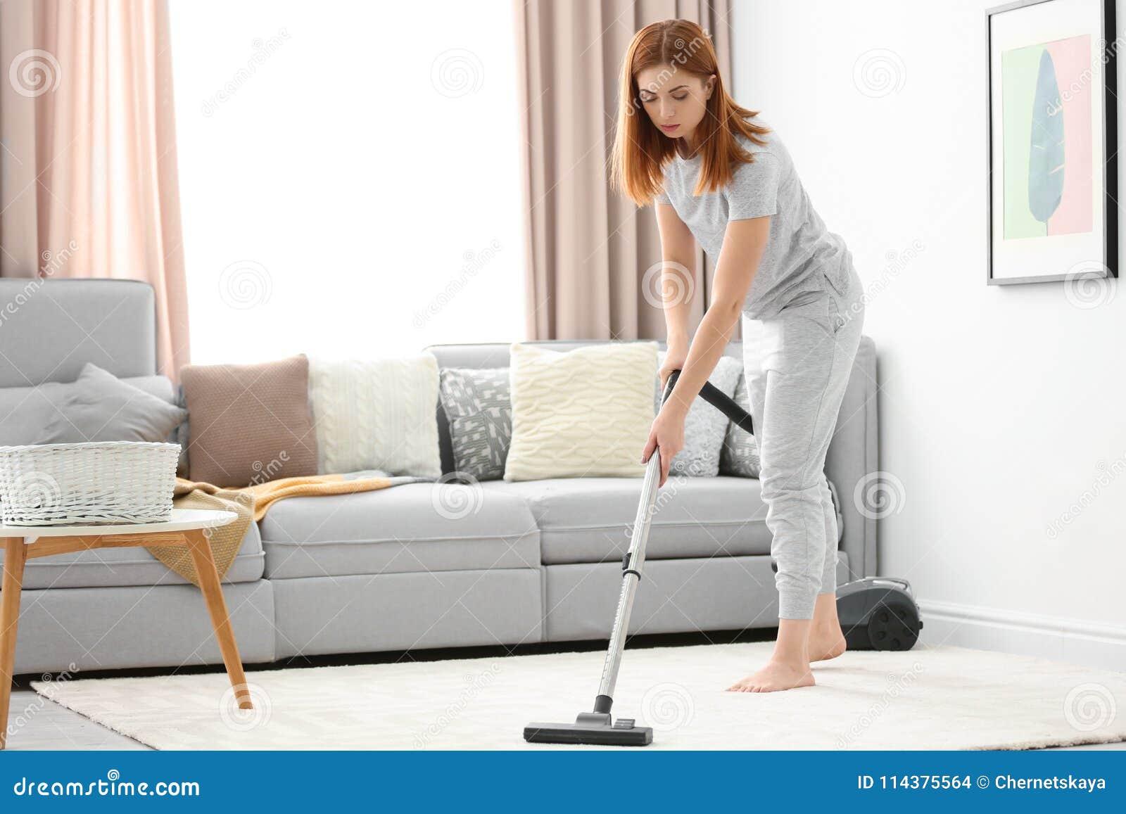 主妇hoovering的地毯