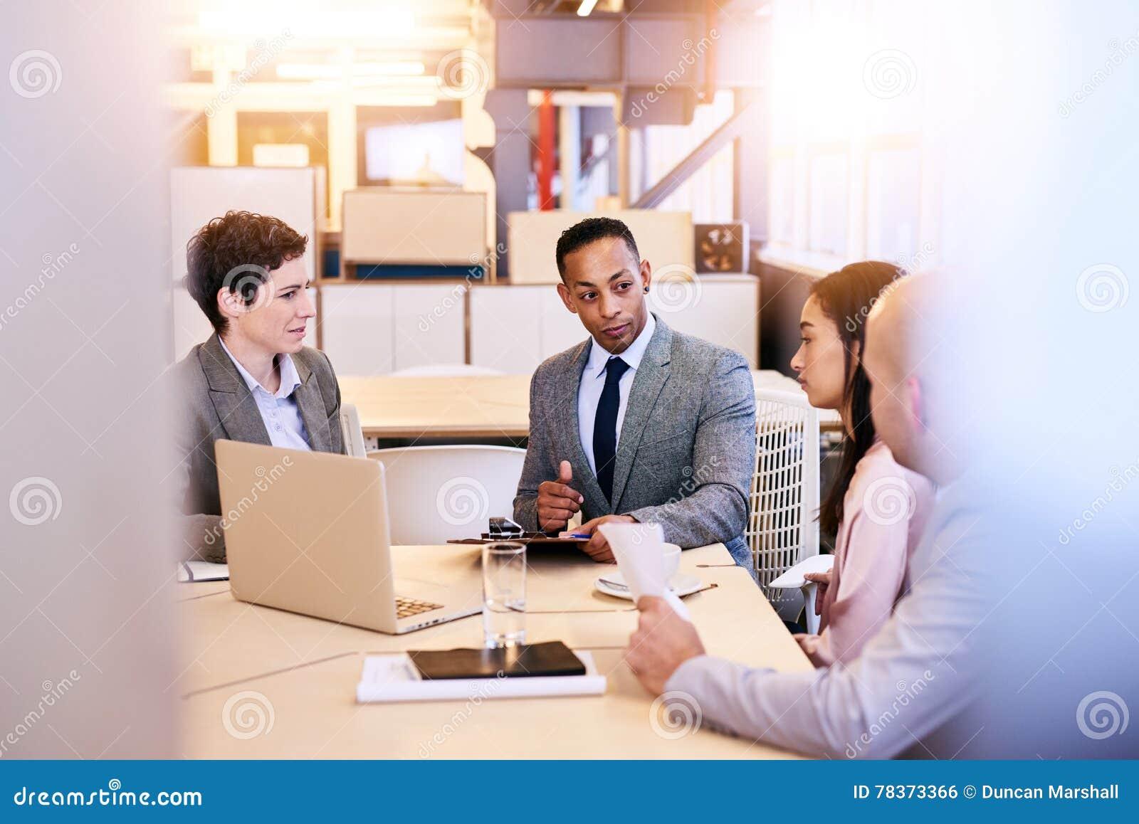 举办会议的折衷小组四位企业专家