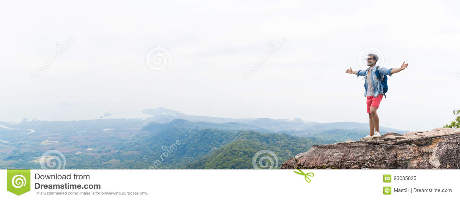 举有背包的山峰的人手享受风景自由概念,年轻人游人