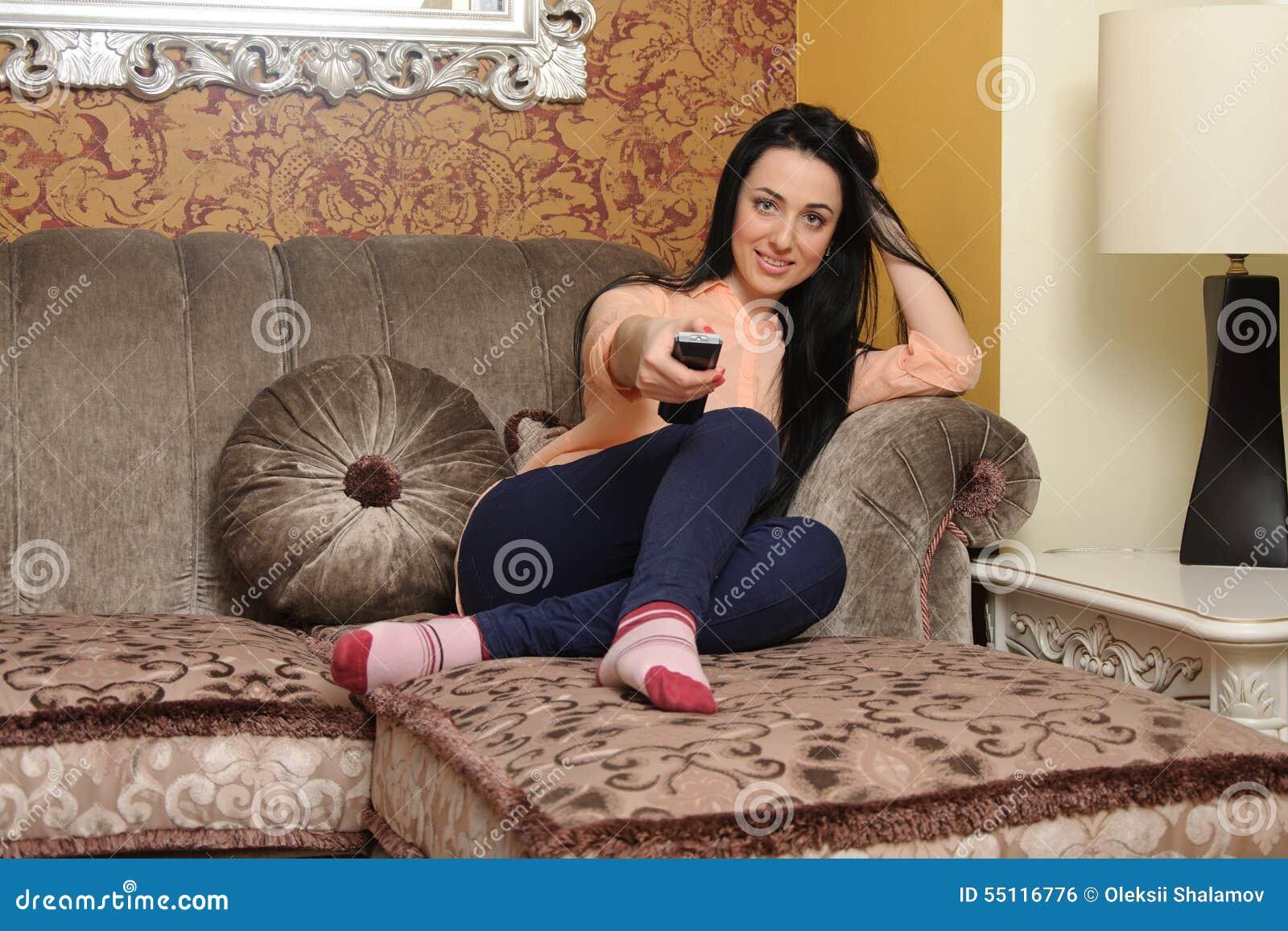 举行一遥控她的电视的妇女