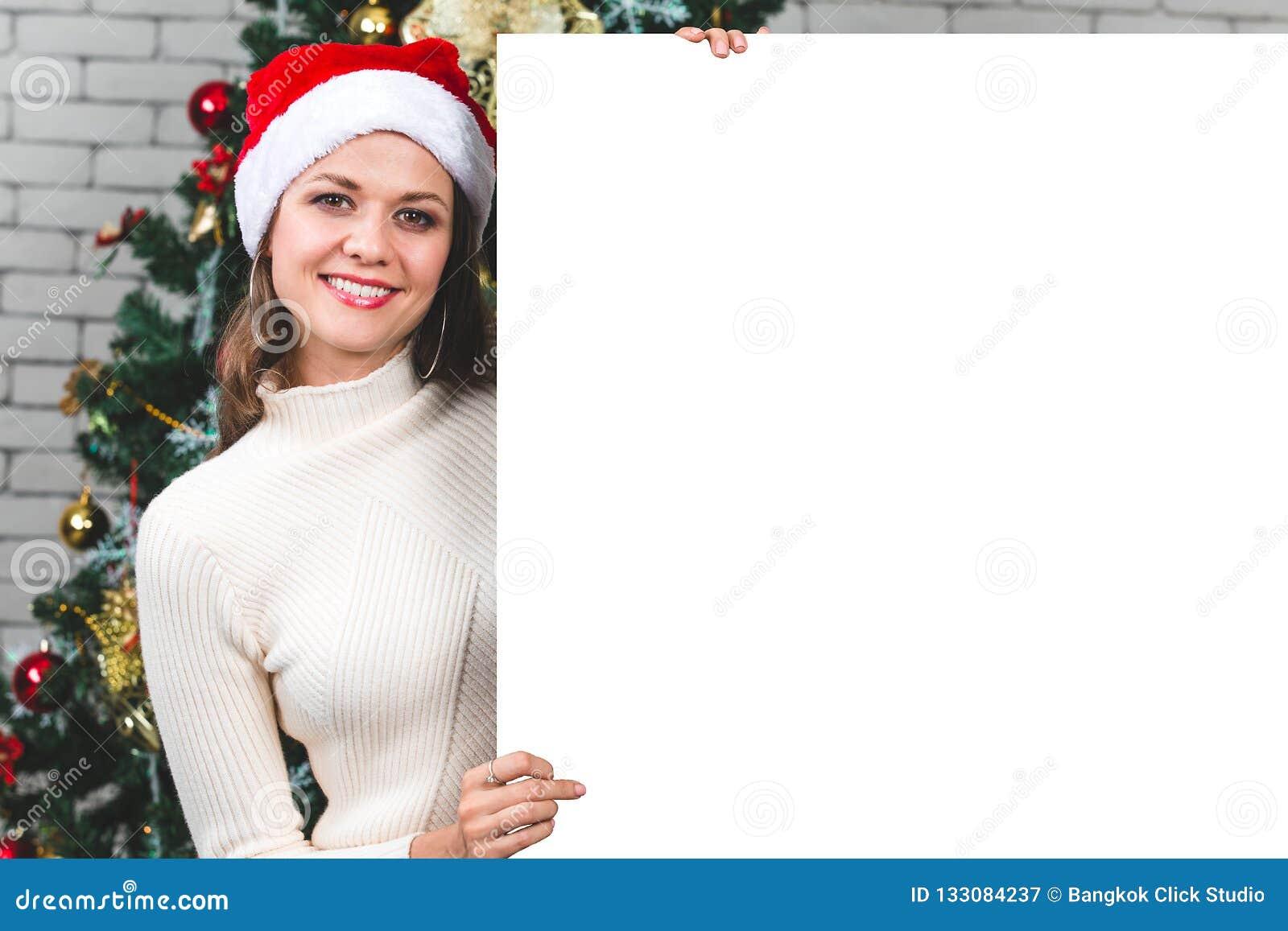 举行和指向blan的美丽和年轻白种人妇女