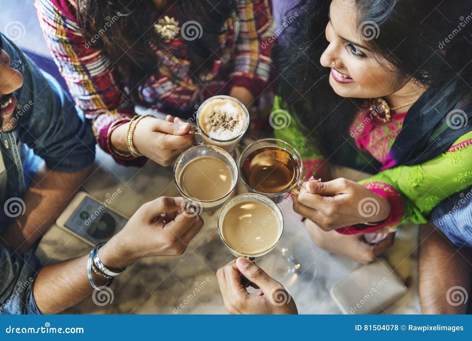 举行咖啡茶概念的朋友小组