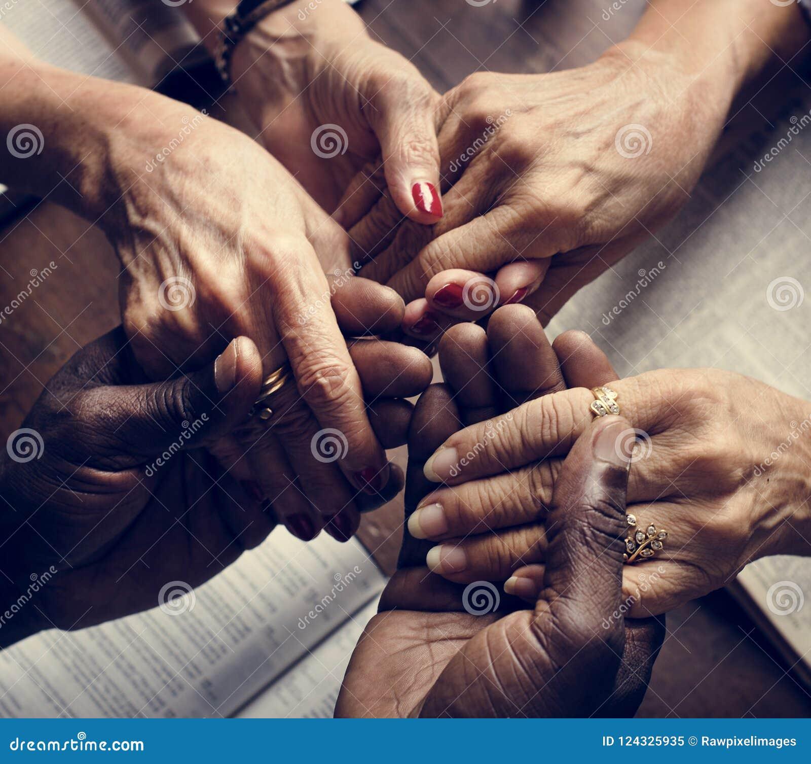 举行手宗教概念的不同的人民