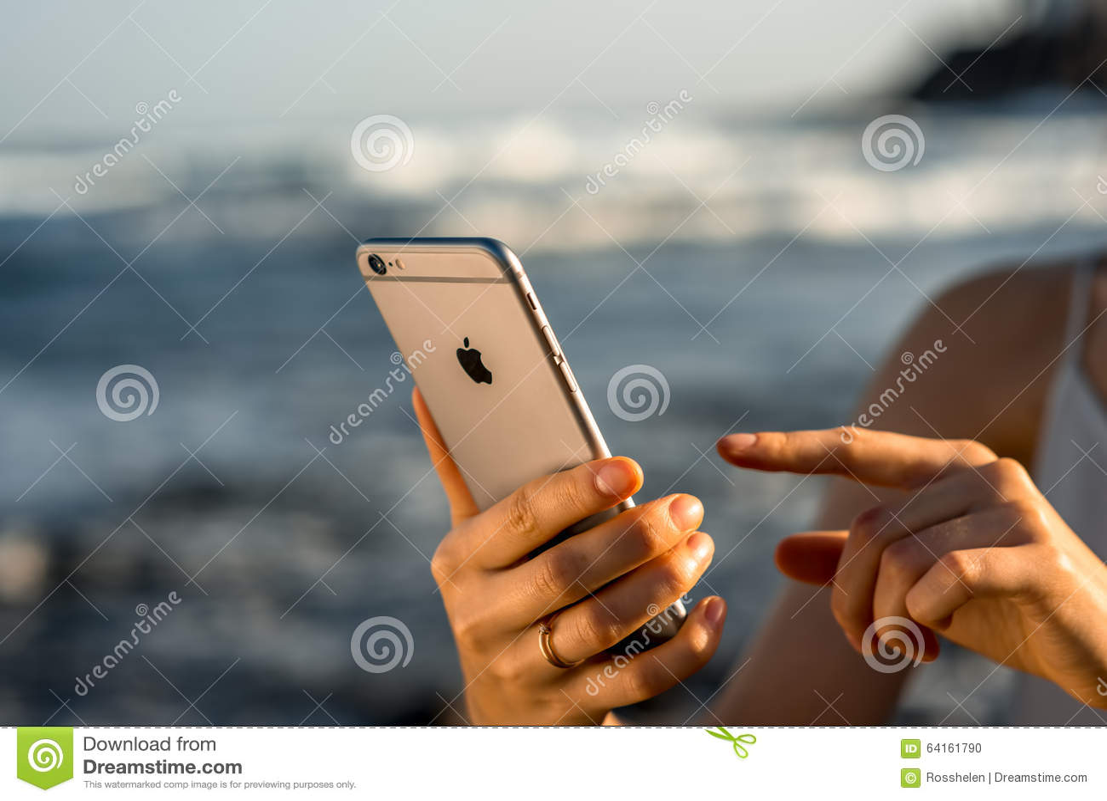 举行新的iPhone 6s的女性手间隔灰色