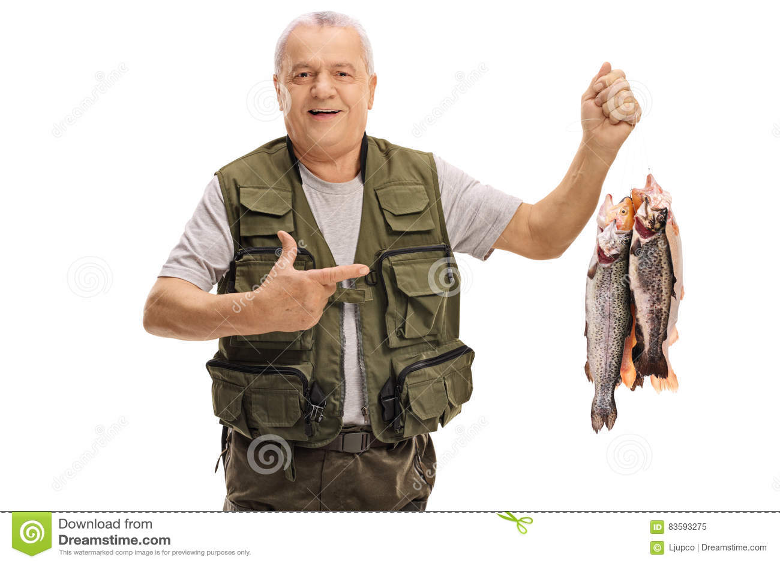 举行新近地被抓的鱼和指向的快乐的成熟渔夫