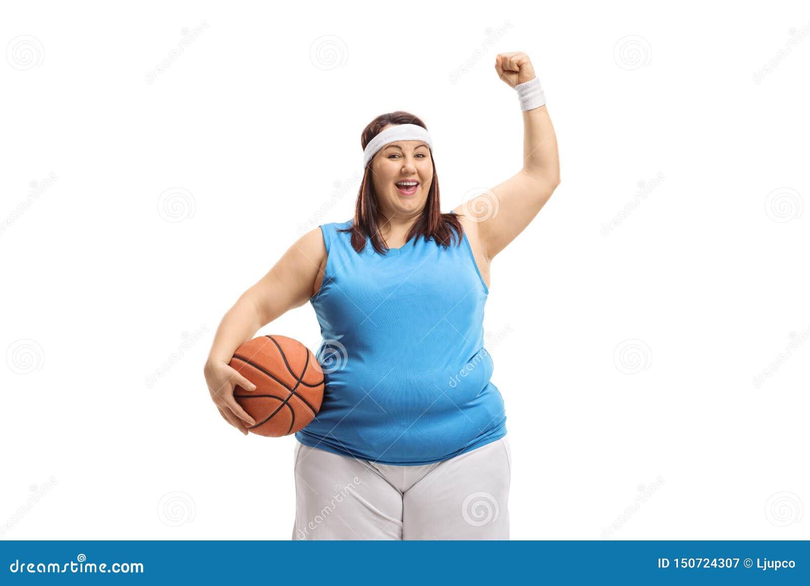 举行篮球和打手势幸福的肥头大耳的妇女