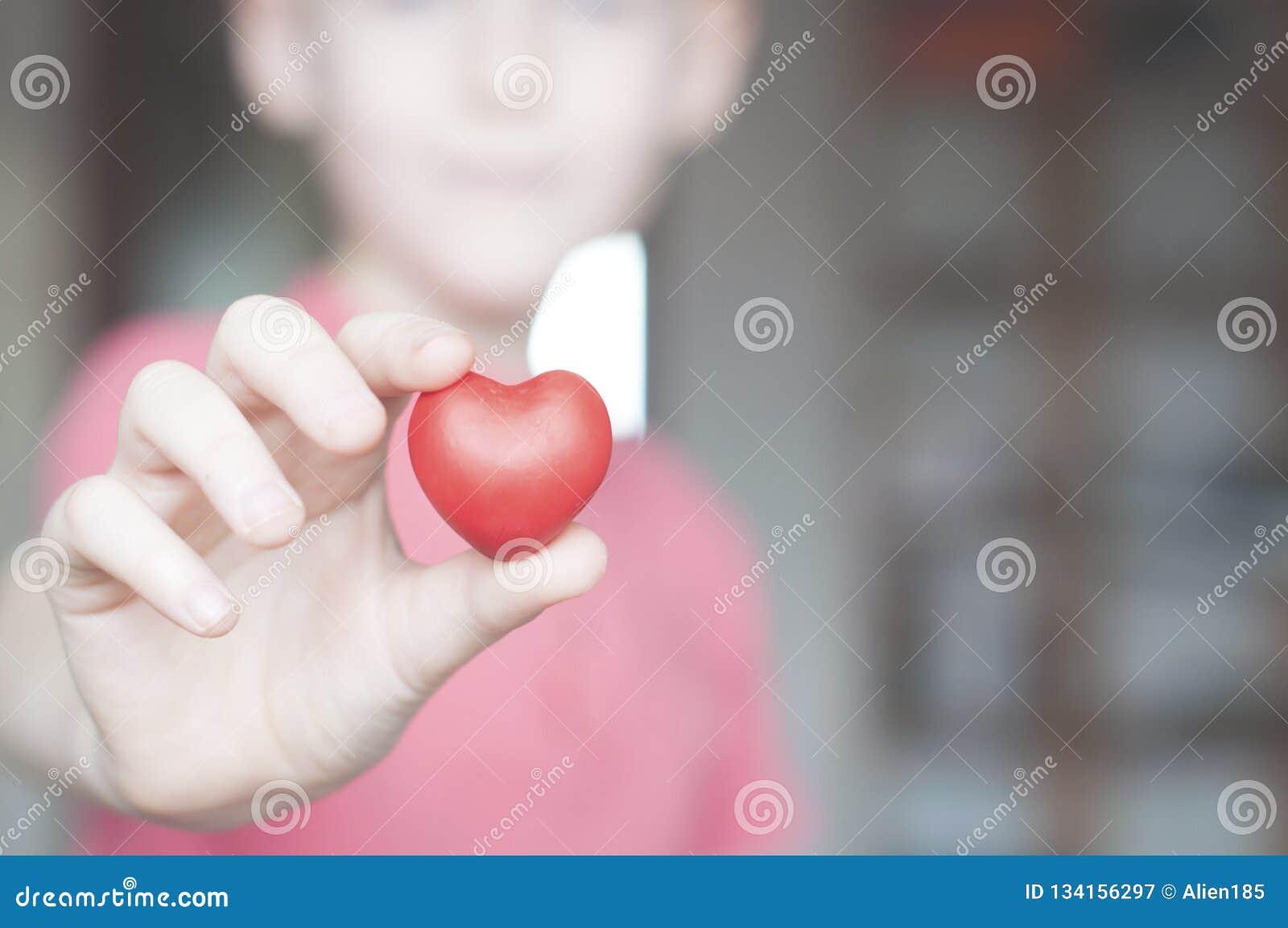 举行红心形状的男孩