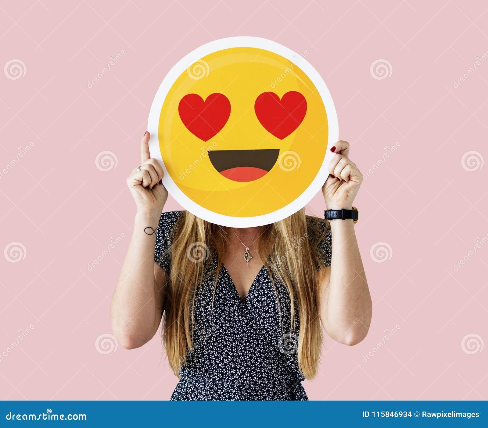 举行面孔emoji的妇女