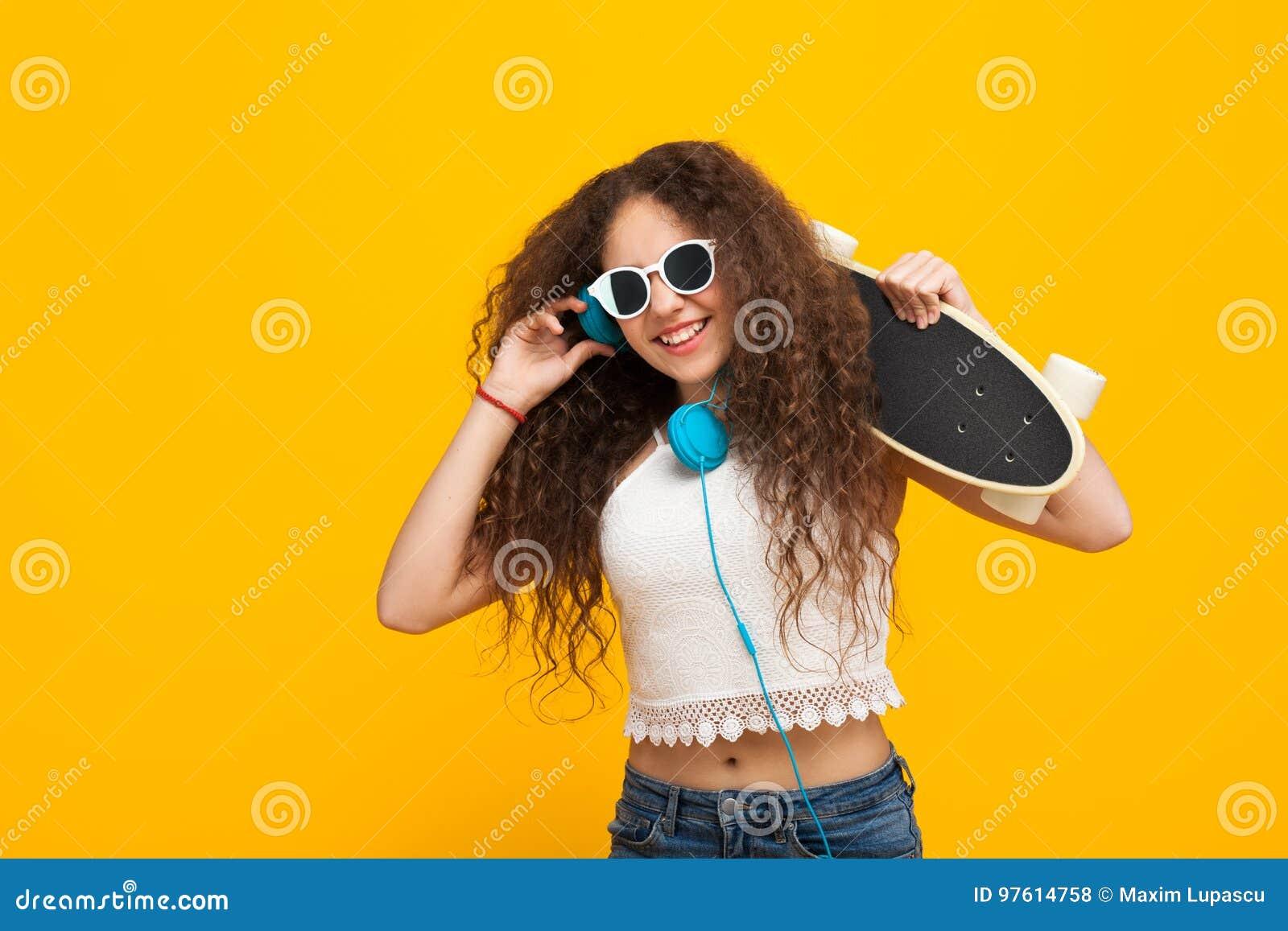 举行cruiserboard微笑的十几岁的女孩