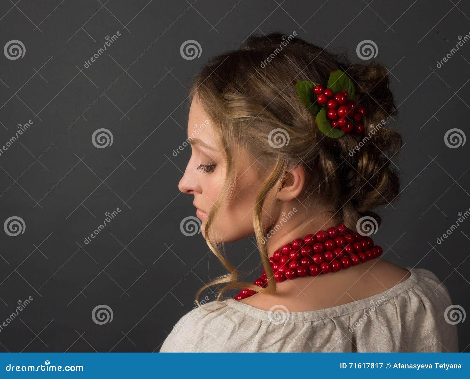乌克兰刺绣的美丽的严肃的少妇
