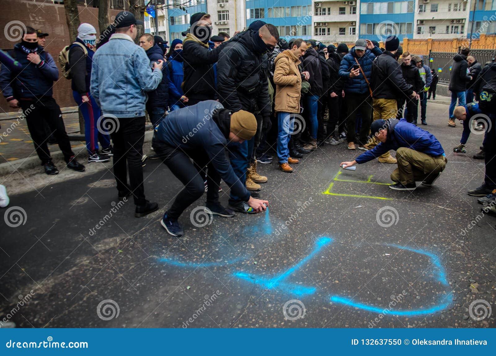 乌克兰爱国者抗议在俄罗斯联邦的一般领事馆的附近在反对俄罗斯的侵略的傲德萨