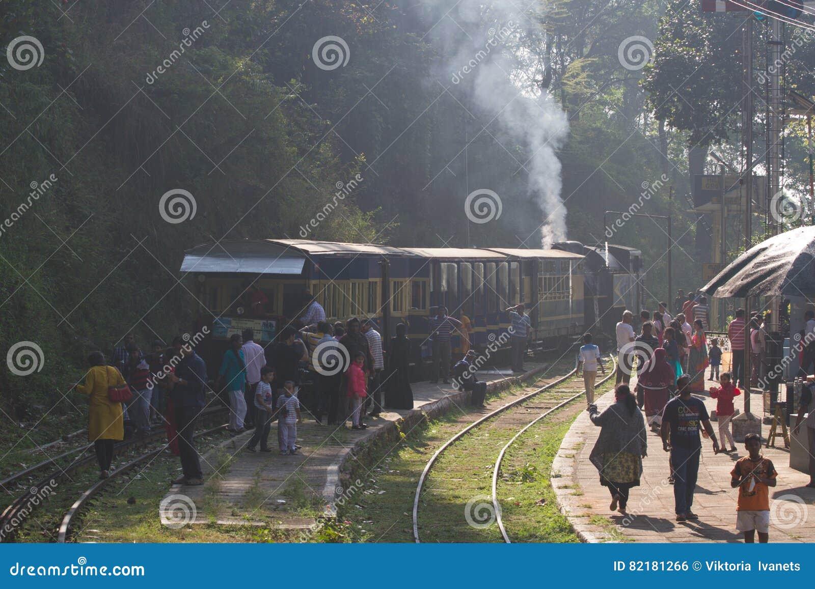 乌塔卡蒙德,泰米尔纳德邦,印度, 2015年3月22日:Nilgiri山铁路 蓝色培训 联合国科教文组织遗产 狭窄测量仪 蒸汽机车