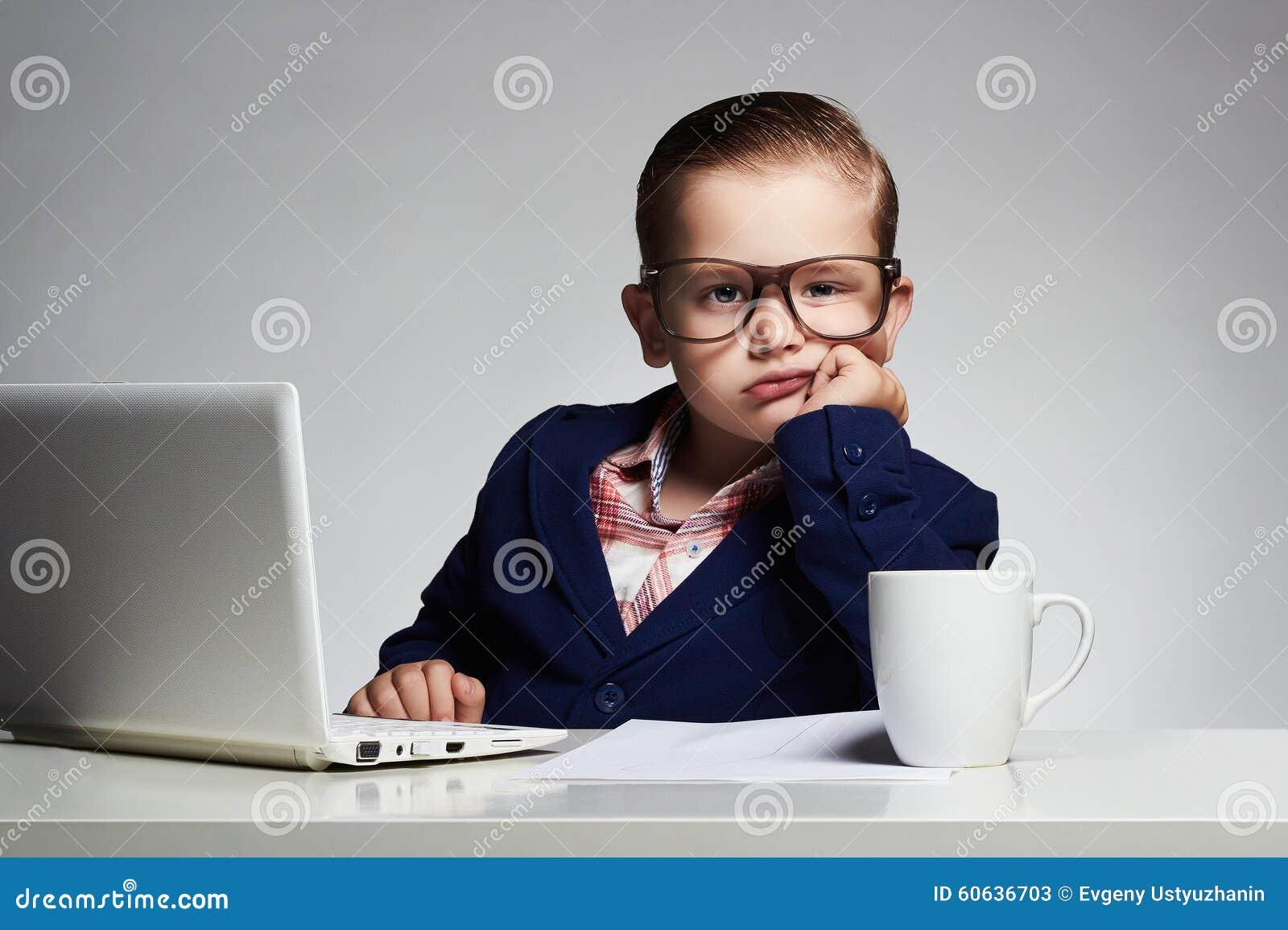 乏味工作 新企业男孩 玻璃的孩子 小的上司在办公室