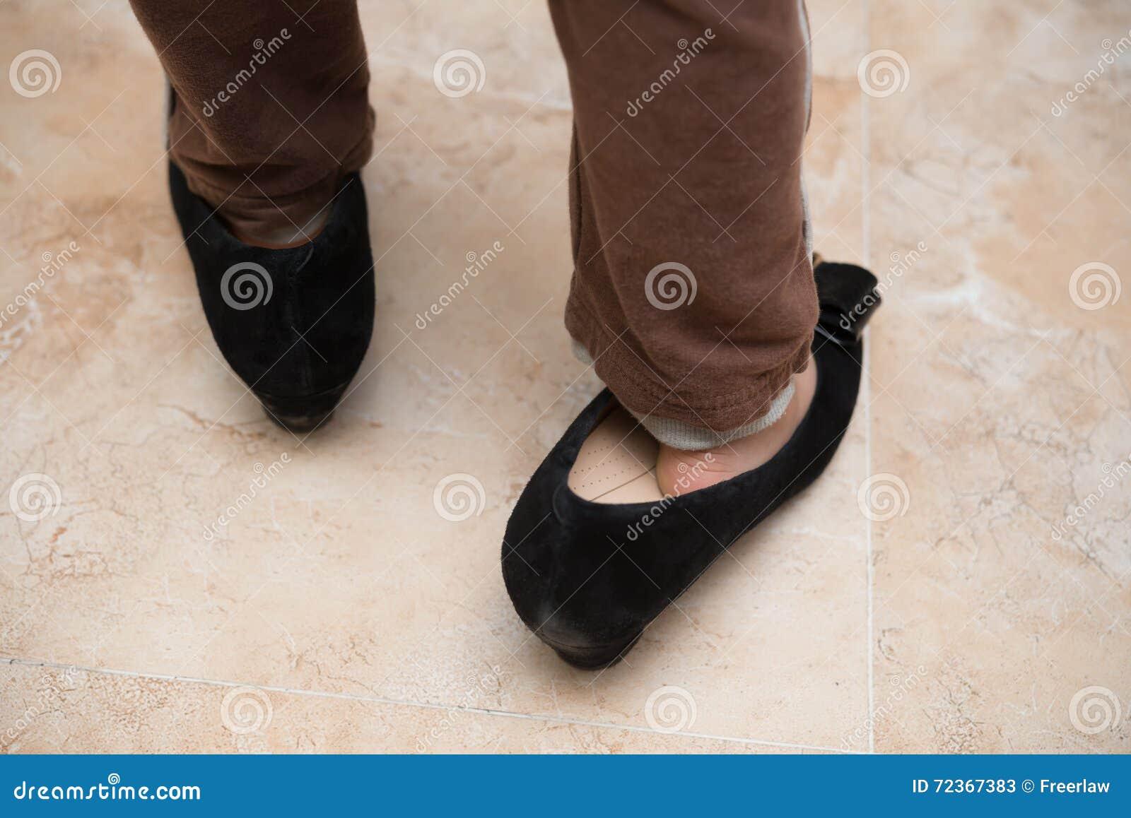 乐趣的孩子佩带的妈咪时髦鞋子