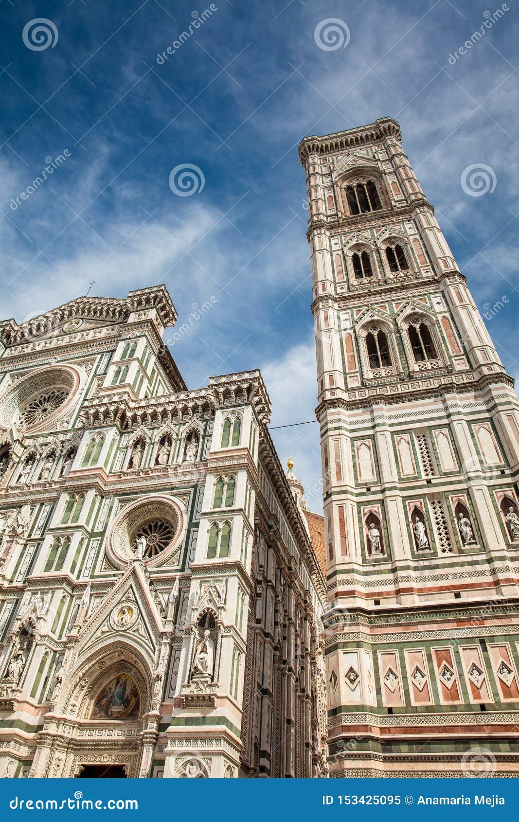 乔托钟楼在1436年和圣母百花圣殿奉献的