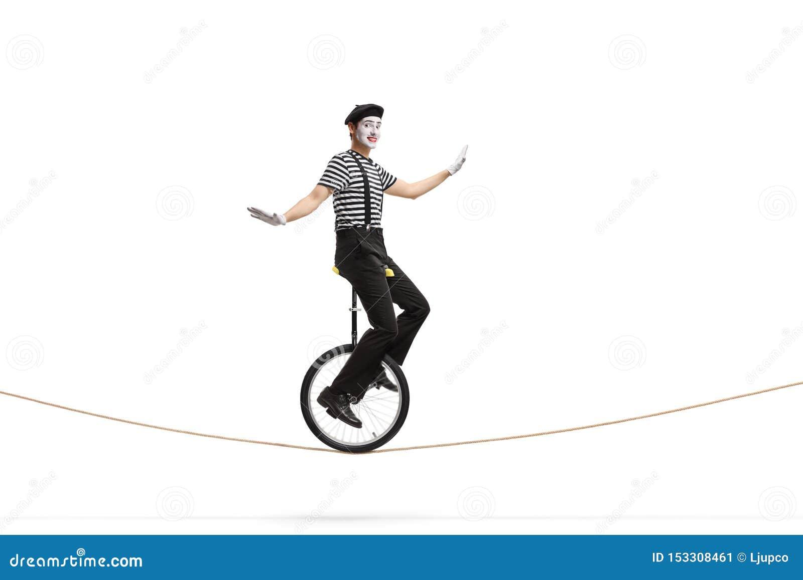 乘坐单轮脚踏车的笑剧在绳索