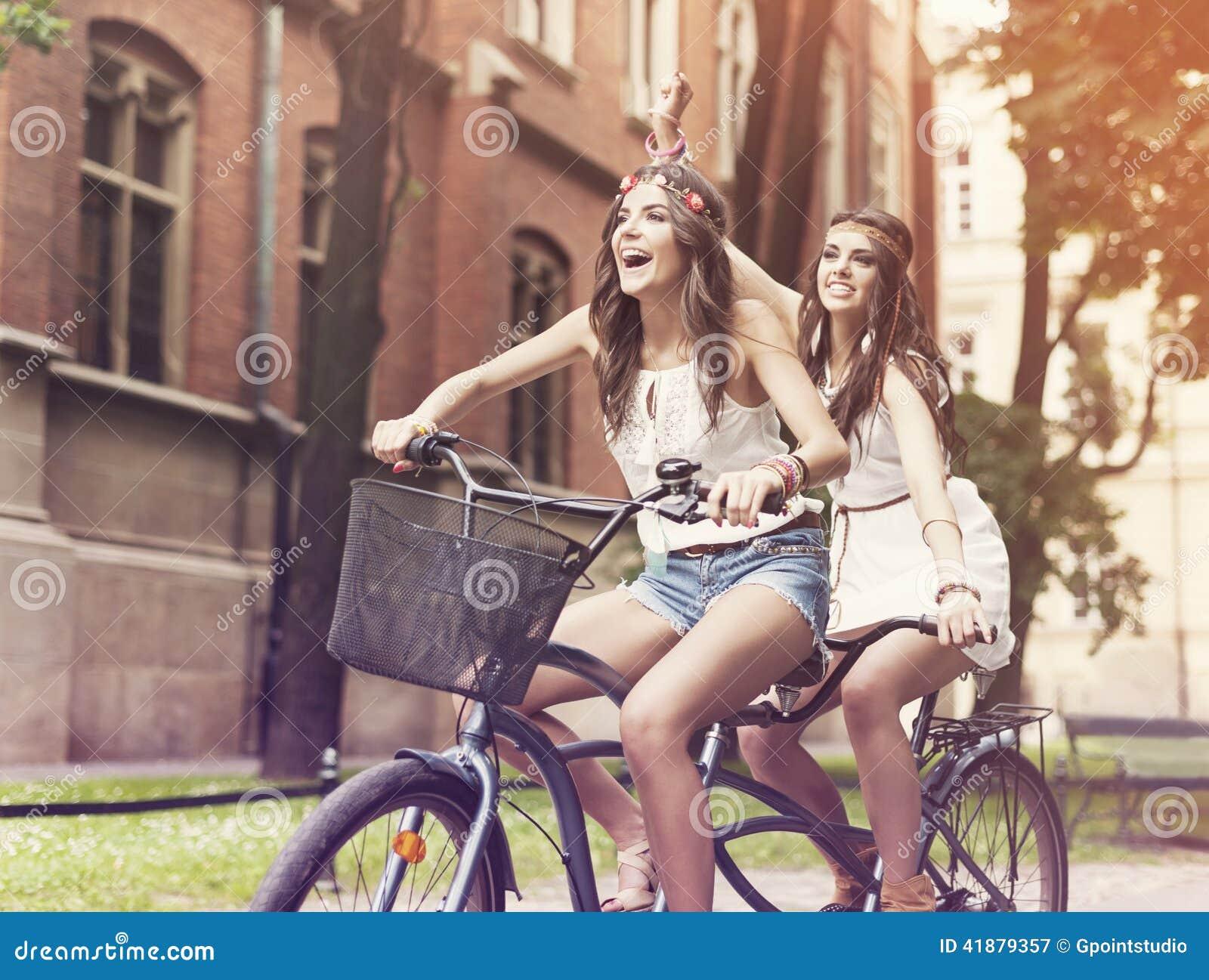 乘坐在自行车的Boho女孩