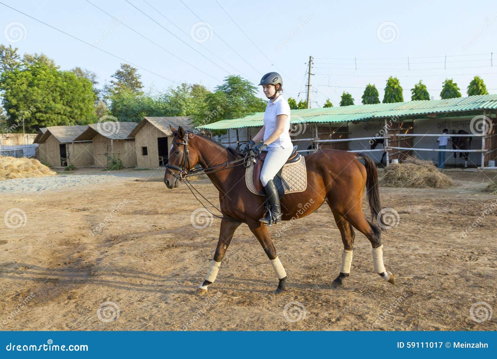 乘坐她的马的妇女