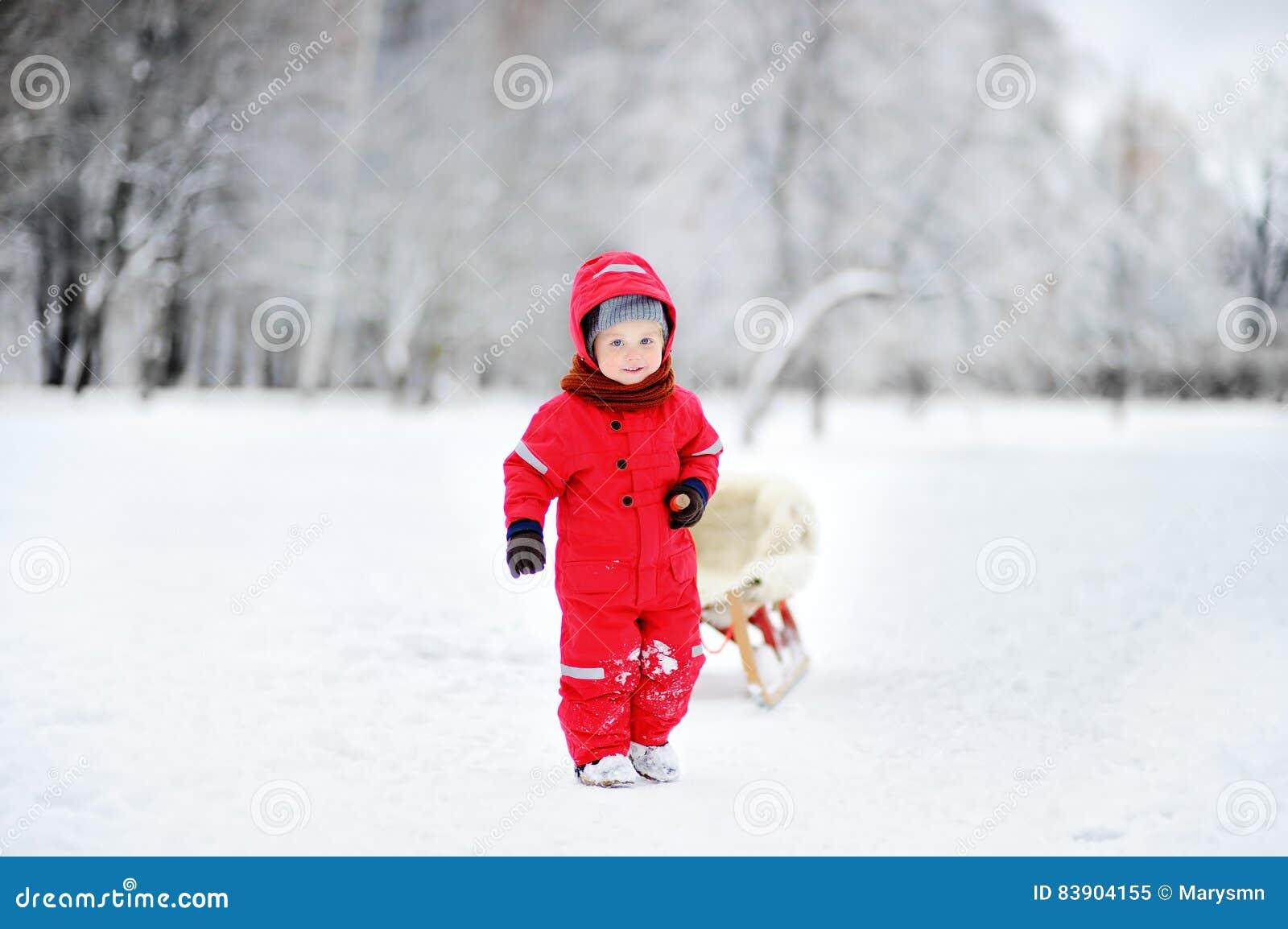 乘坐爬犁的小孩孩子 户外儿童游戏在雪