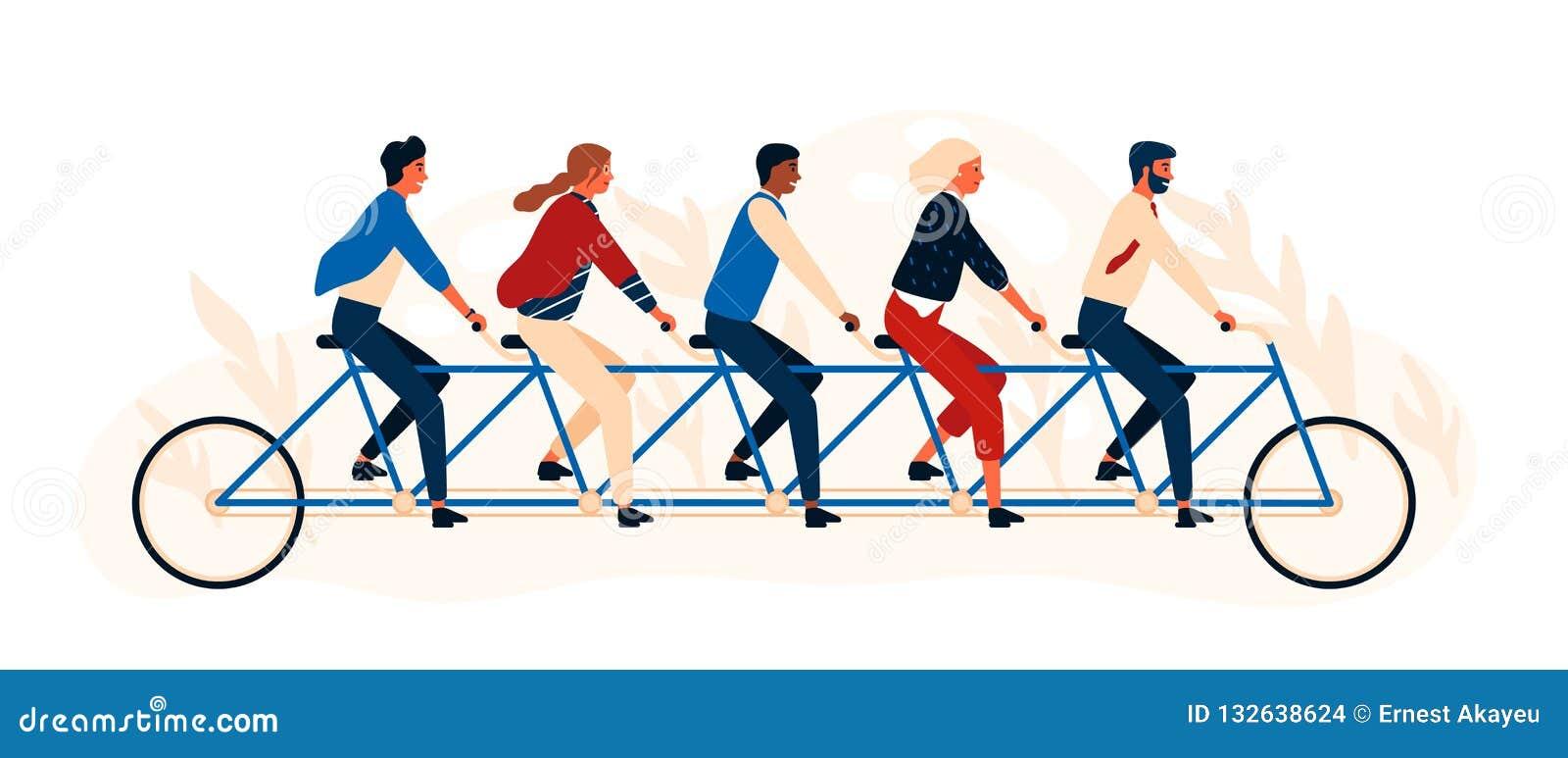 乘坐纵排自行车或五胞胎的小组愉快的人民或朋友 被隔绝的年轻微笑的男人和妇女踩的踏板的quintbike