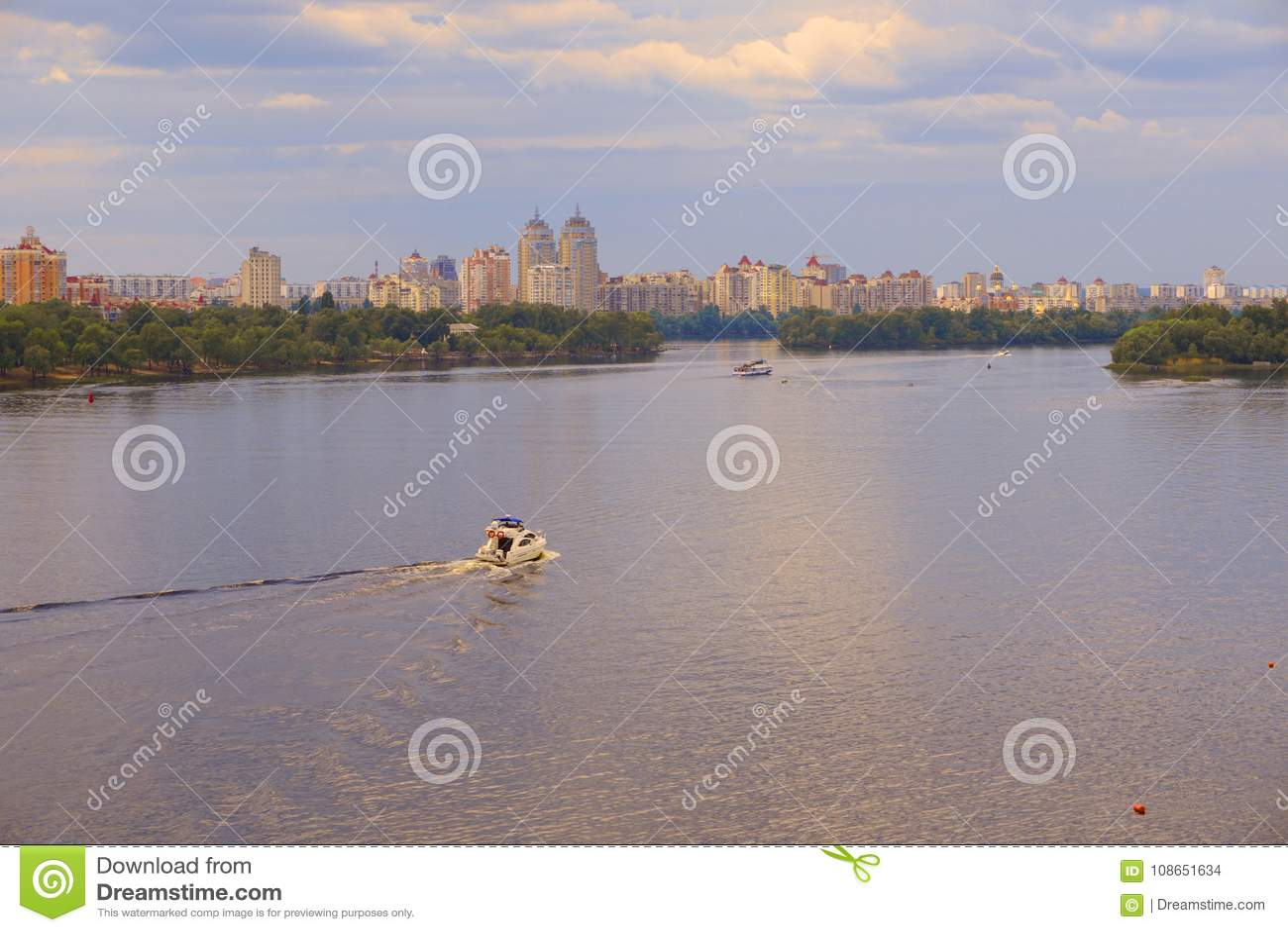 乘快艇船,小船去Dnieper Dnipro,以城市摩天大楼为背景的德聂伯级河的表面上