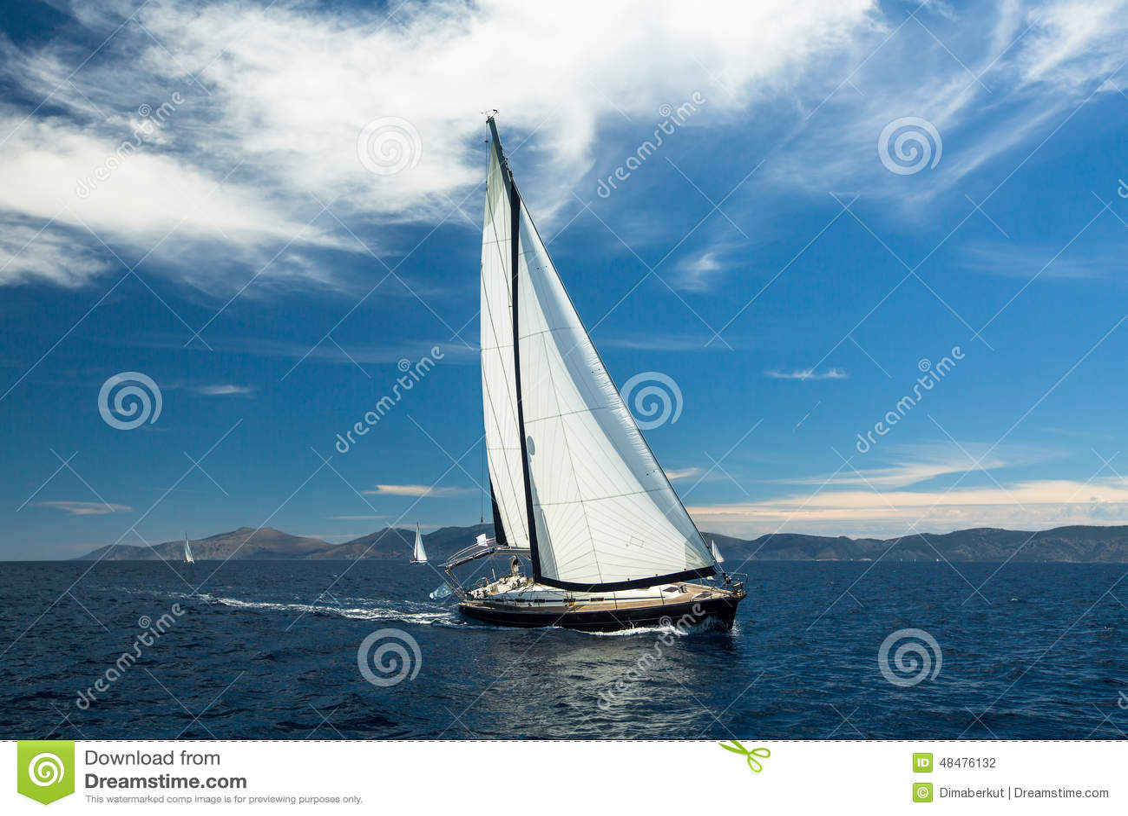 乘快艇 在航行赛船会的小船 豪华游艇行在小游艇船坞船坞的 旅行