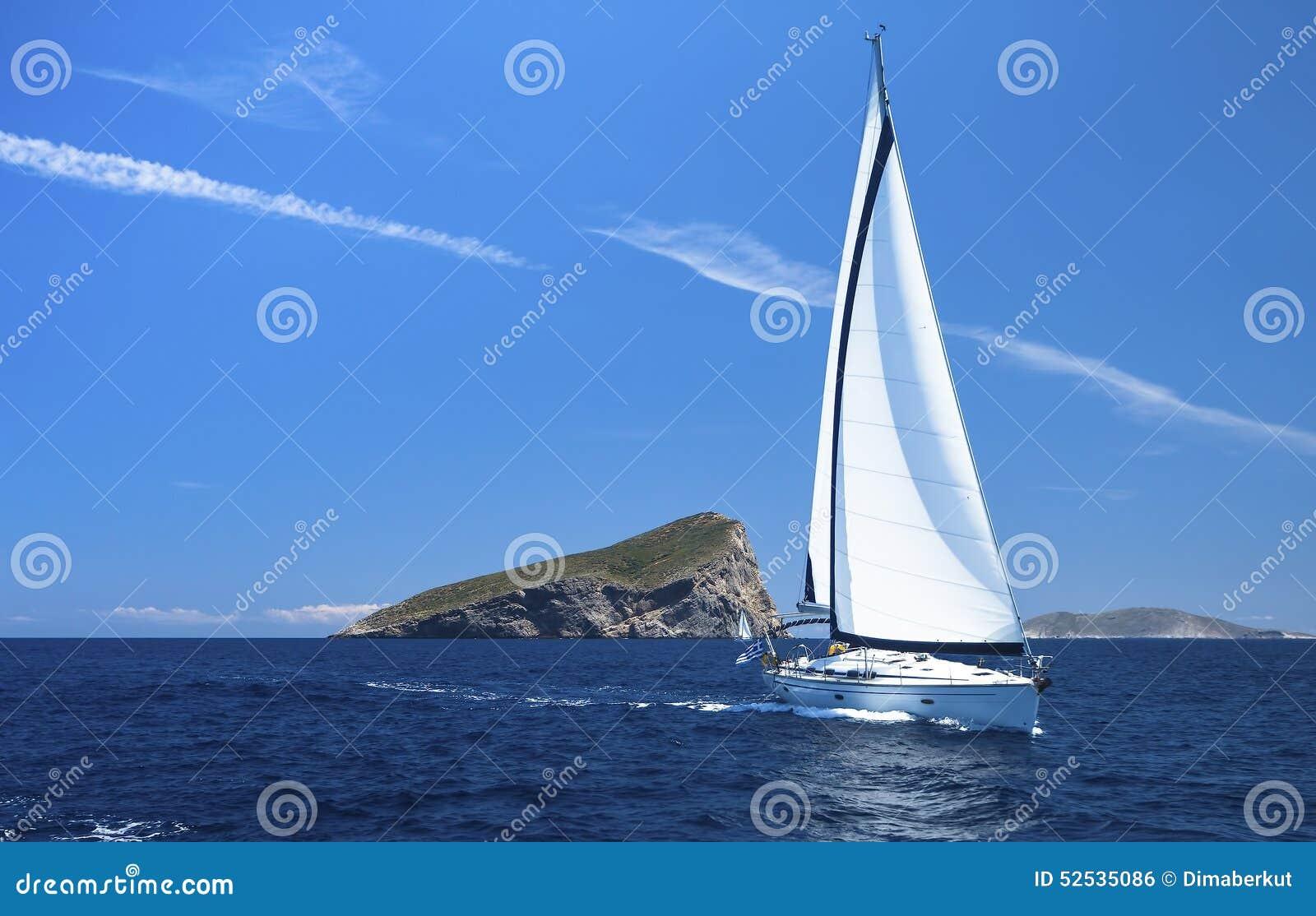 乘快艇 蓝色颜色黑暗的losed赛船会航行航行天空体育运动赢利地区 豪华游艇行在小游艇船坞船坞的 体育运动