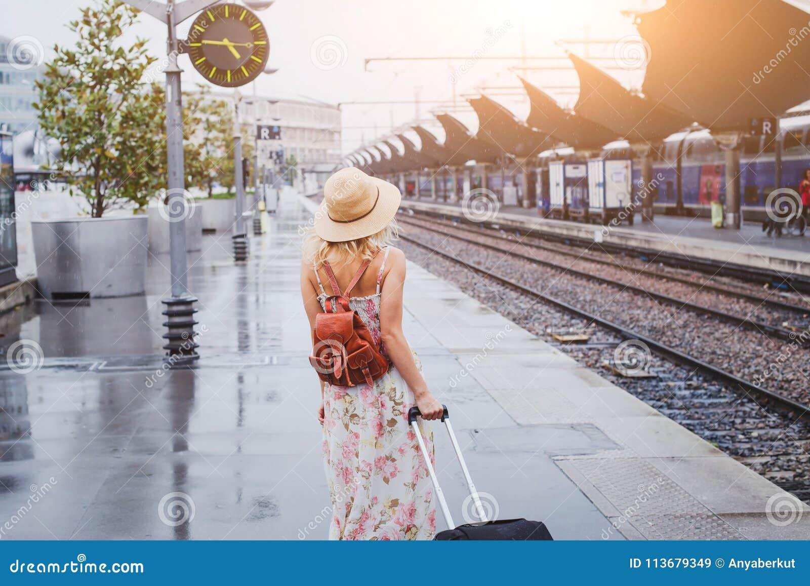 乘火车,有等待在平台的行李的妇女旅行